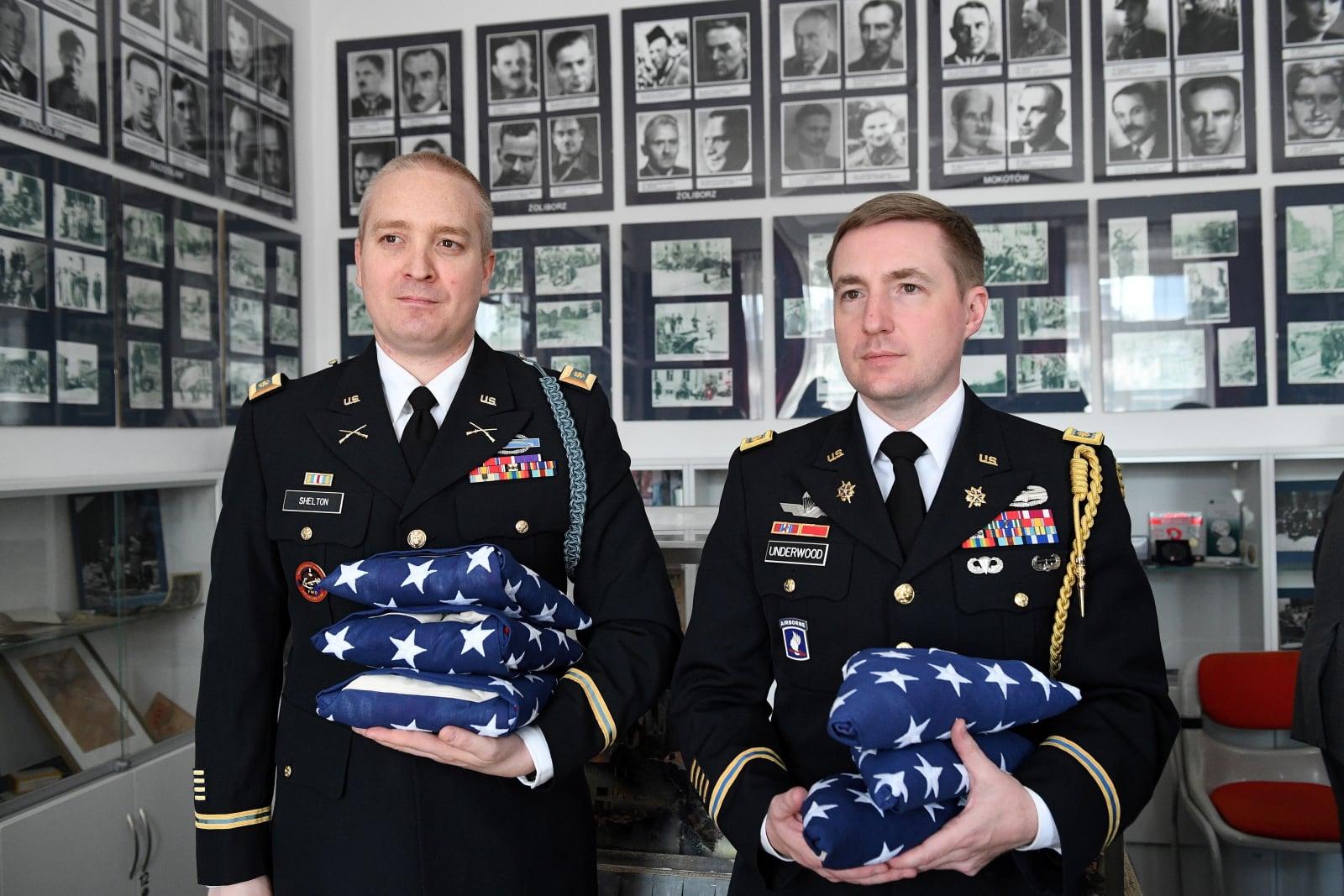 Major Andrew Underwood  z Departamentu Obrony USA podczas uroczystości wręczenia flag amerykańskich trójce weteranów Powstania Warszawskiego, Warszawa