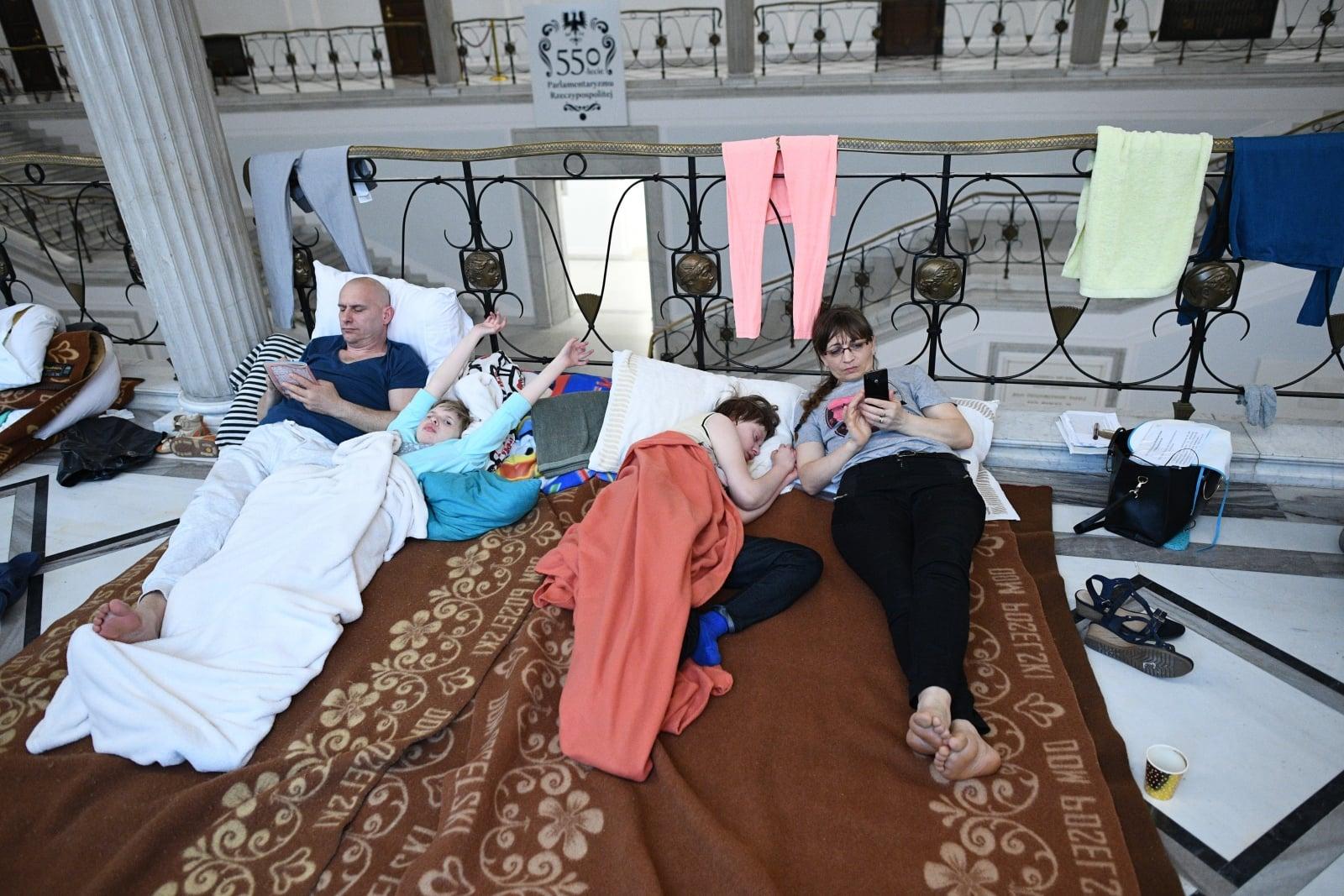 Protest rodziców osób niepełnosprawnych, 25 bm. w Sejmie. Rodzice od 18 kwietnia br. protestują w Sejmie domagając się wprowadzenia m.in. dodatku rehabilitacyjnego dla osób niezdolnych do samodzielnej egzystencji po ukończeniu 18. roku życia.
