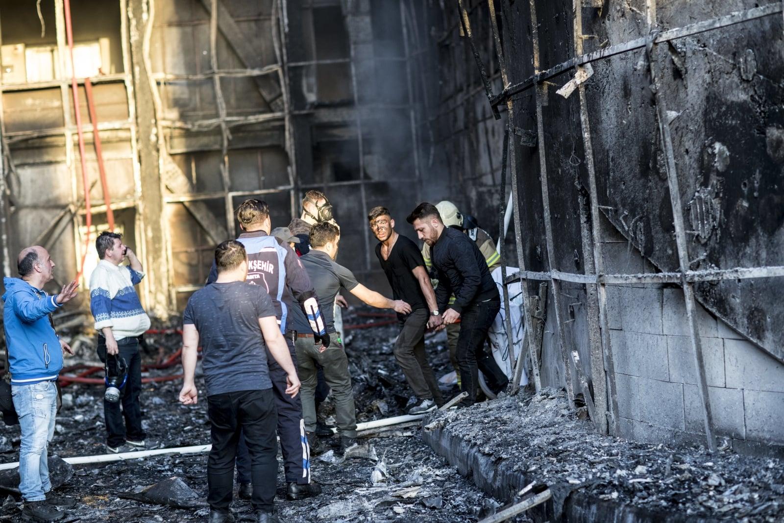 Pożar szpitala w Turcji.  EPA/SEDAT SUNA