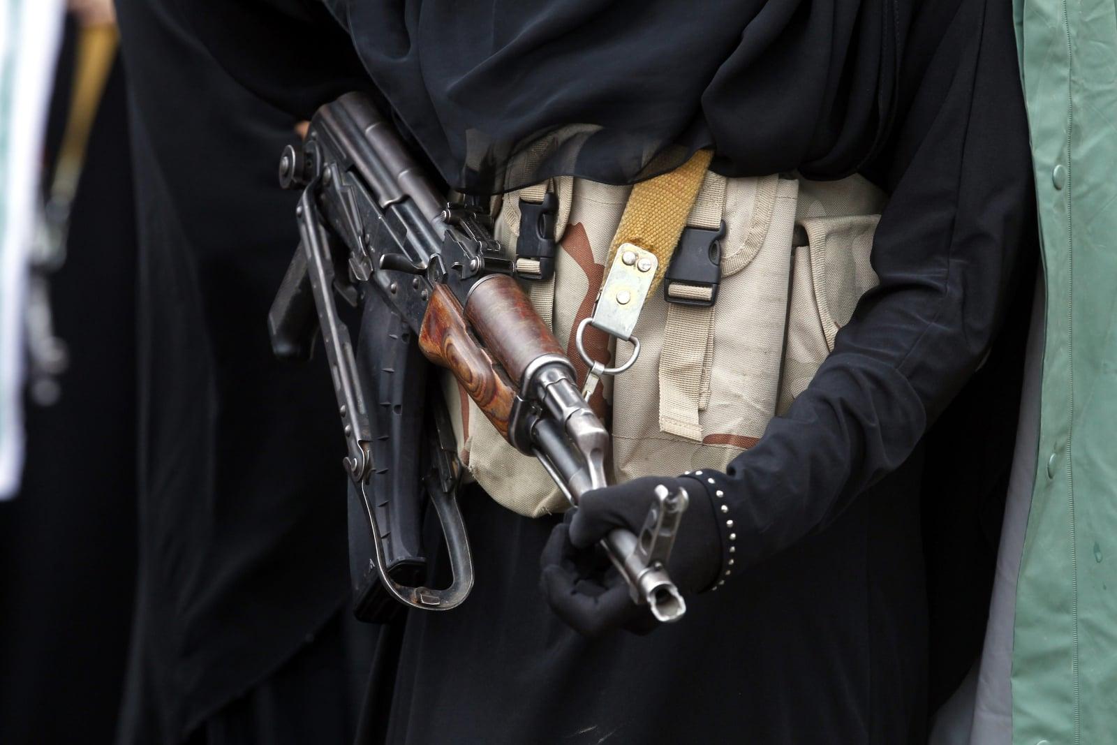 Uzbrojona kobieta bierze udział w akcjo bojowej, Jemen.