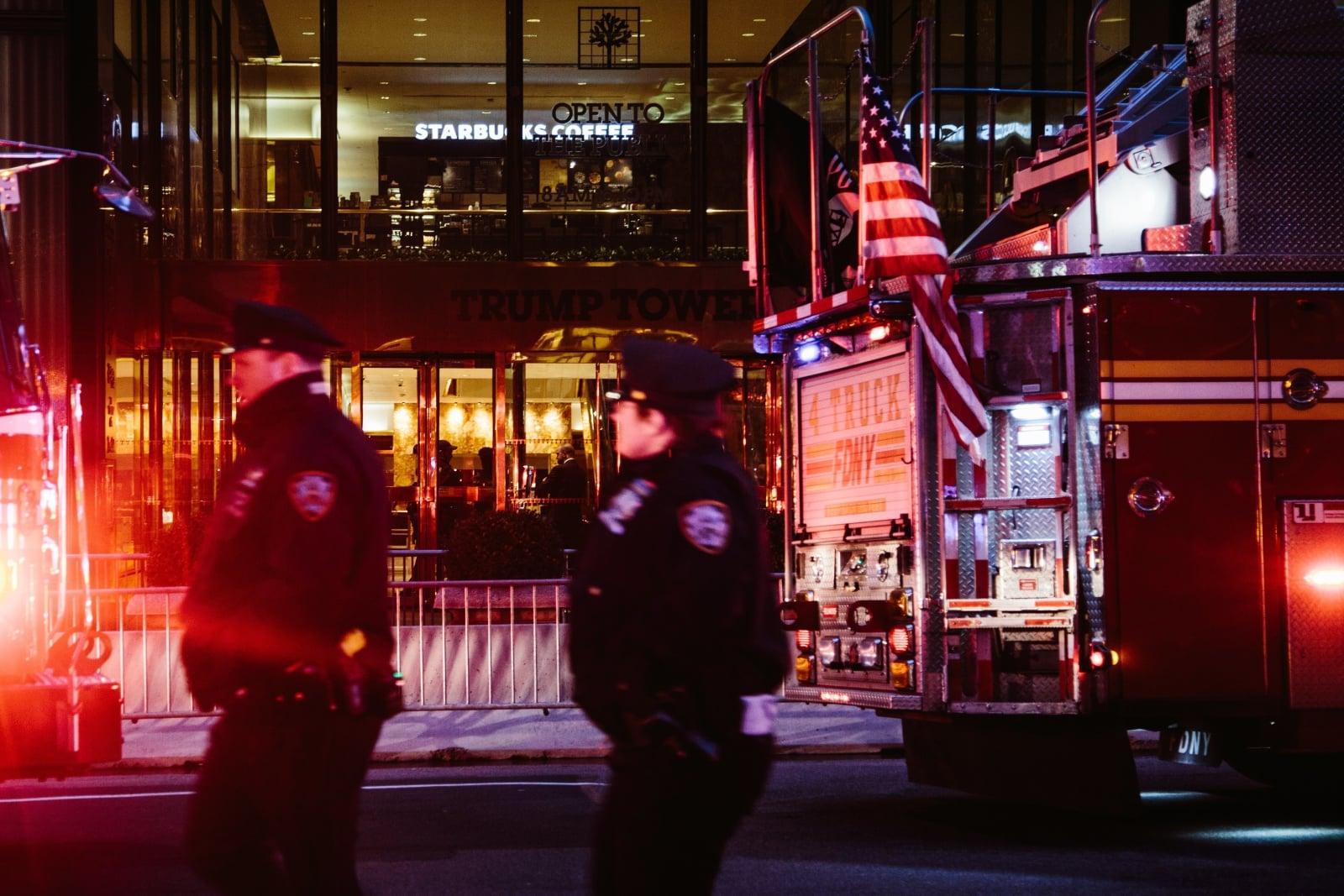 Departament Straży Pożarnej w Nowym Jorku i nowojorski Departament Policji działają podczas pożaru,, który wybuchł na 50 piętrze Trump Tower w Nowym Jorku, USA, fot.  EPA/ALBA VIGARAY