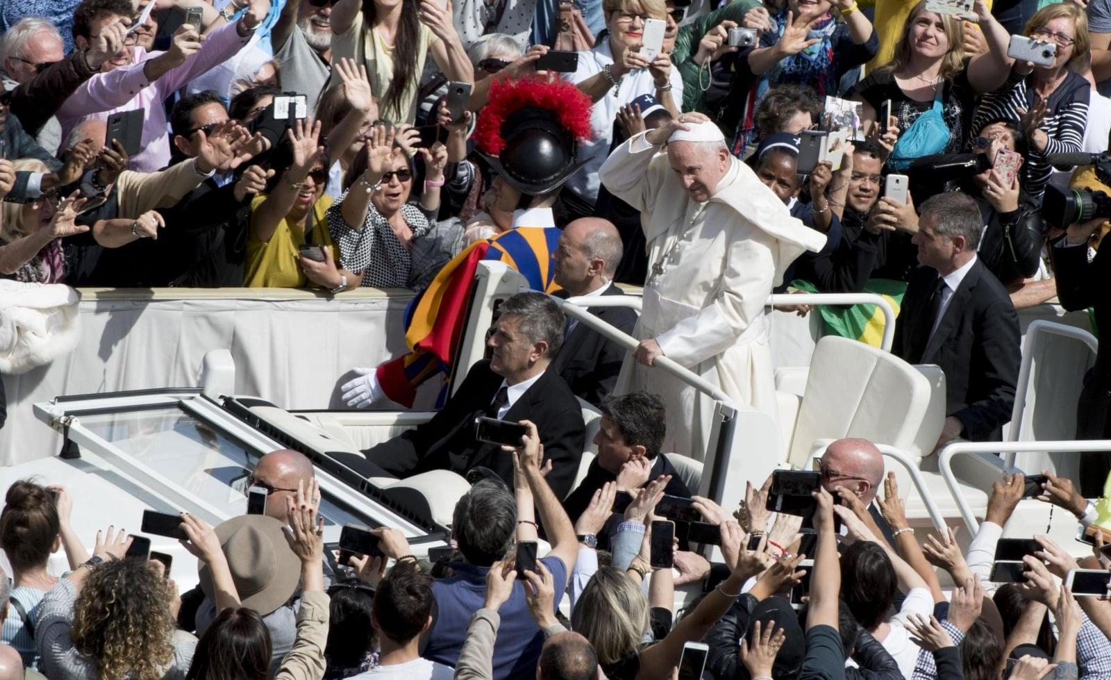 Papież Franciszek pozdrawia wiernych na zakończenie mszy odprawianej w niedzielę Bożego Miłosierdzia oraz przy okazji spotkania Misjonarzy Miłosierdzia na placu Świętego Piotra, Watykan, fot. EPA/CLAUDIO PERI