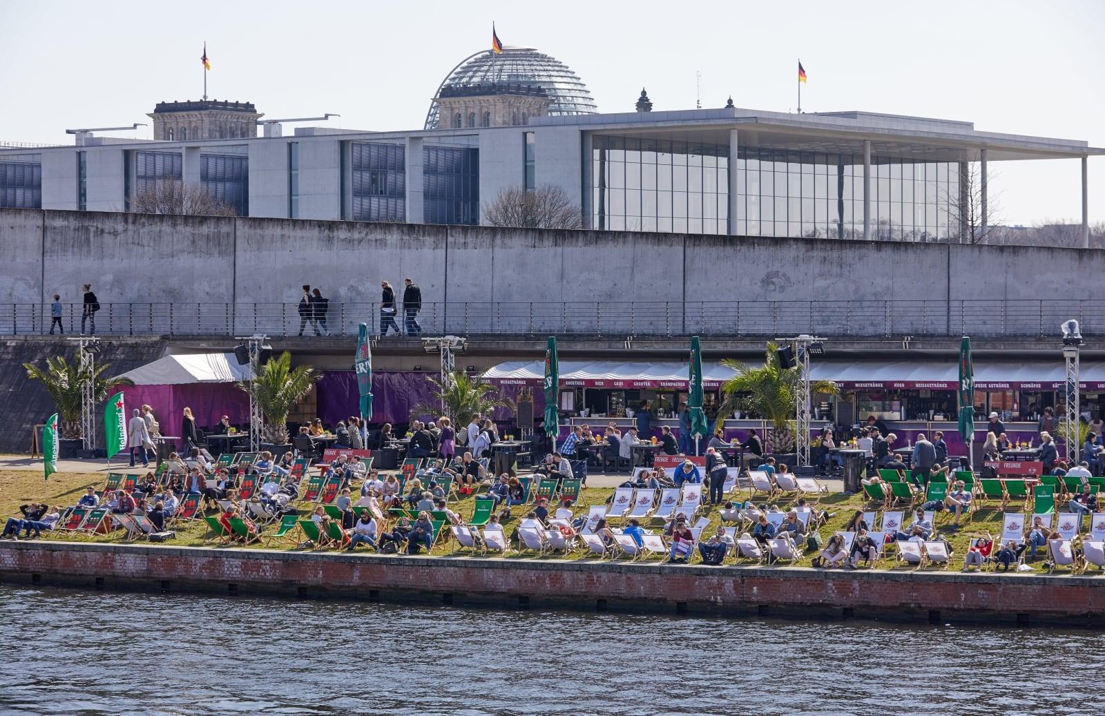 Słoneczny dzień w Berlinie, fot.   EPA/HAYOUNG JEON