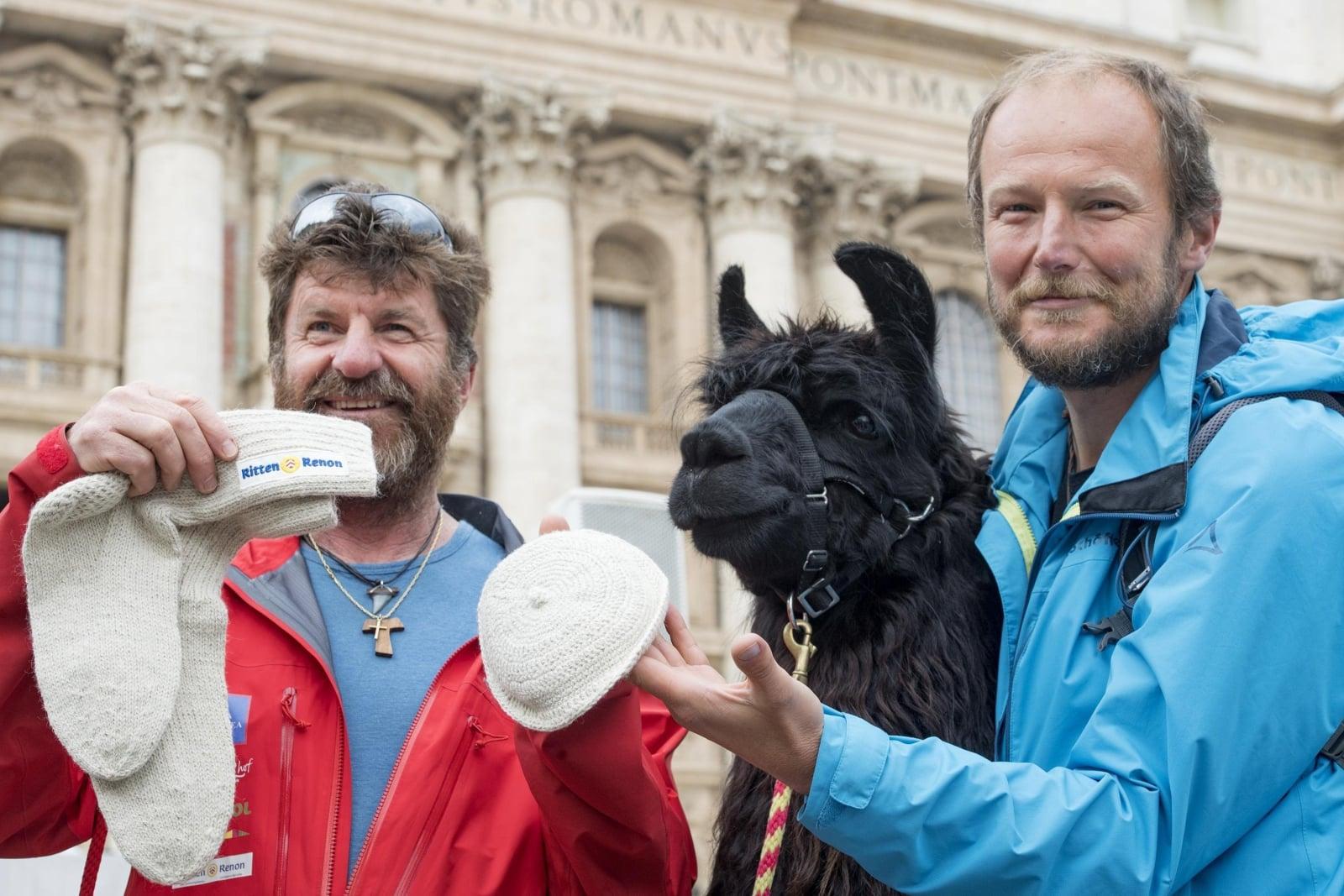Hdowcy lam z włoskiej prowincji Bolzano z prezentem dla papieża Franciszka - czapką i skarpetkami z wełny Alpaki, fot. EPA/CLAUDIO PERI