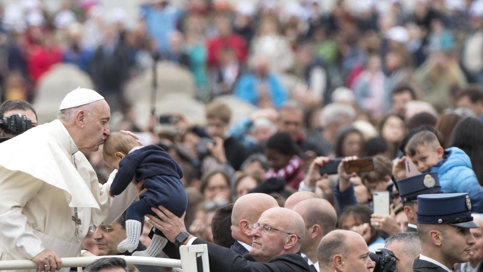 Papież Franciszek przed rozpoczęciem środowej audiencji generalnej na placu św. Piotra w Watykanie, fot. EPA/CLAUDIO PERI