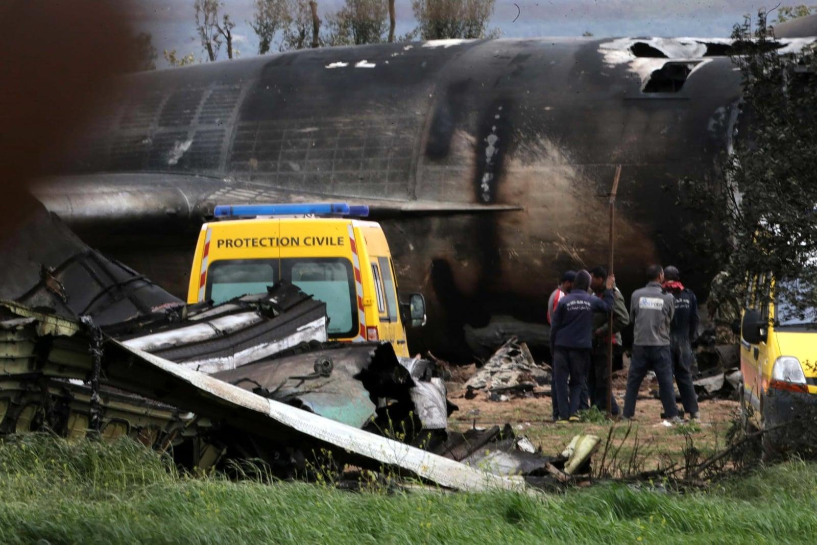 Wrak wojskowego samolotu transportowego, który rozbił się w Boufarik, około 30 km na południe od stolicy Algierii. Zginęło conajmniej 257 osób, fot. EPA/STR