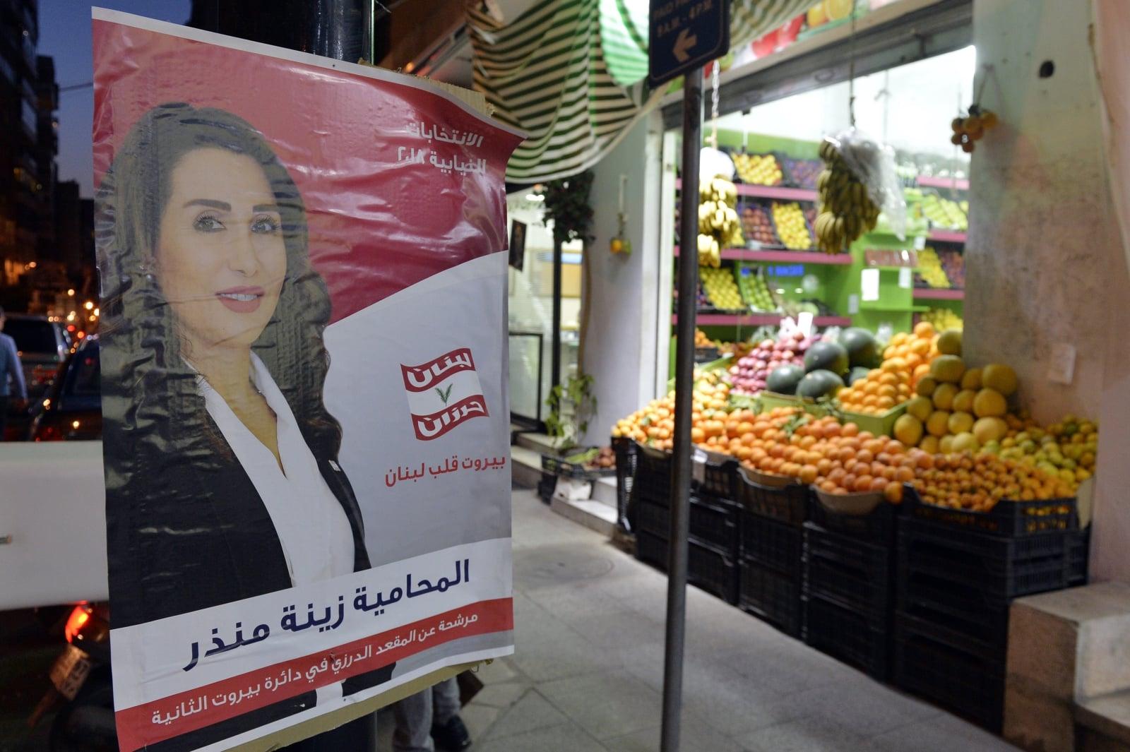 W Libanie zbliżają się wybory, na ulicach Beirutu wywieszone są plakaty także startujących kobiet.