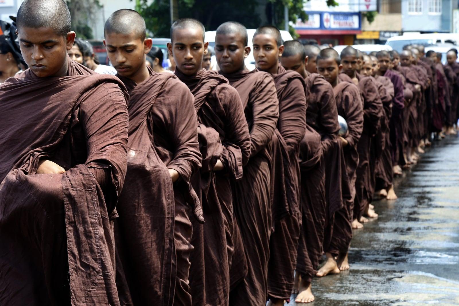 Buddyjscy mnisi na Sri Lance.