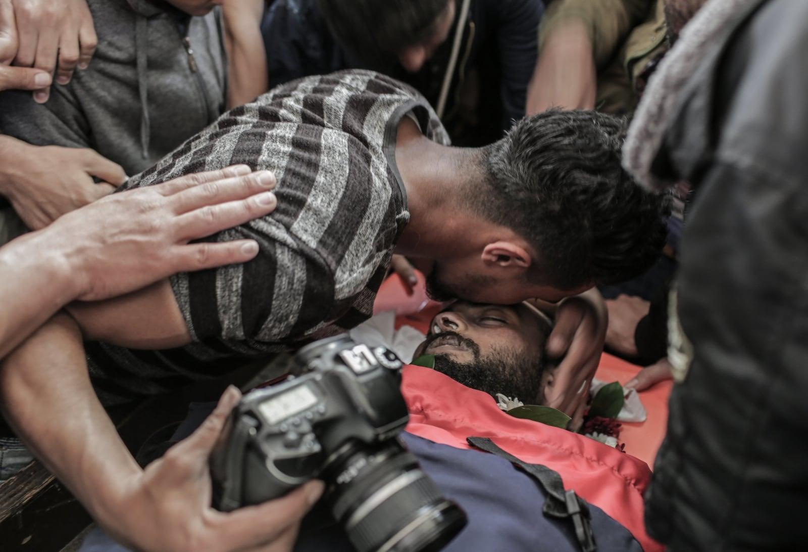Pogrzeb palestyńskiego dziennikarza Ahmada Abu Hussein at Jabaliy fot. EPA/MOHAMMED SABER