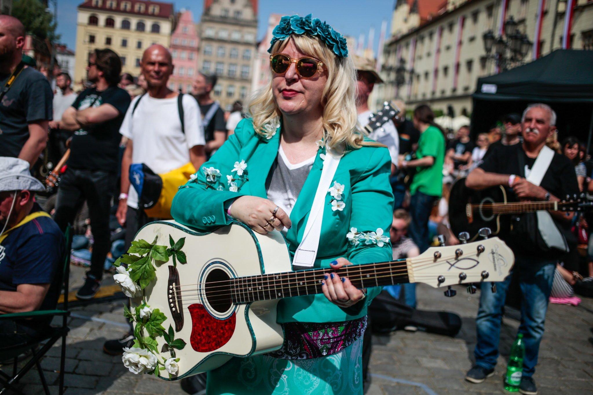 Wrocław: Gitarowy Rekord Guinnessa na wrocławskim Rynku. Udało się pobić ustanowiony w 2016 r. gitarowy Rekord Guinnessa.