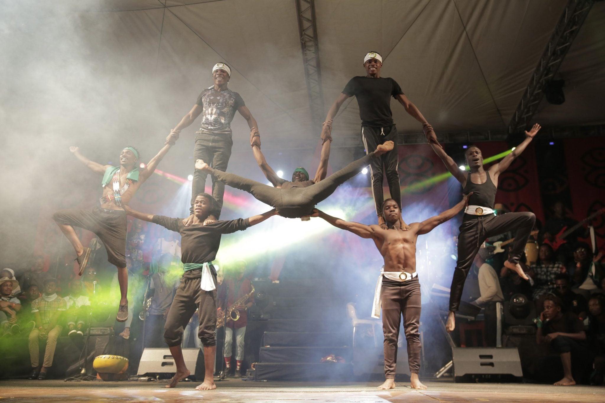 Zimbabwe, Harare: grupa taneczna podczas pokazu dla widzów podczas oficjalnego otwarcia Międzynarodowego Festiwalu Sztuki (HIFA), fot: Aaron Ufumeli, PAP/EPA