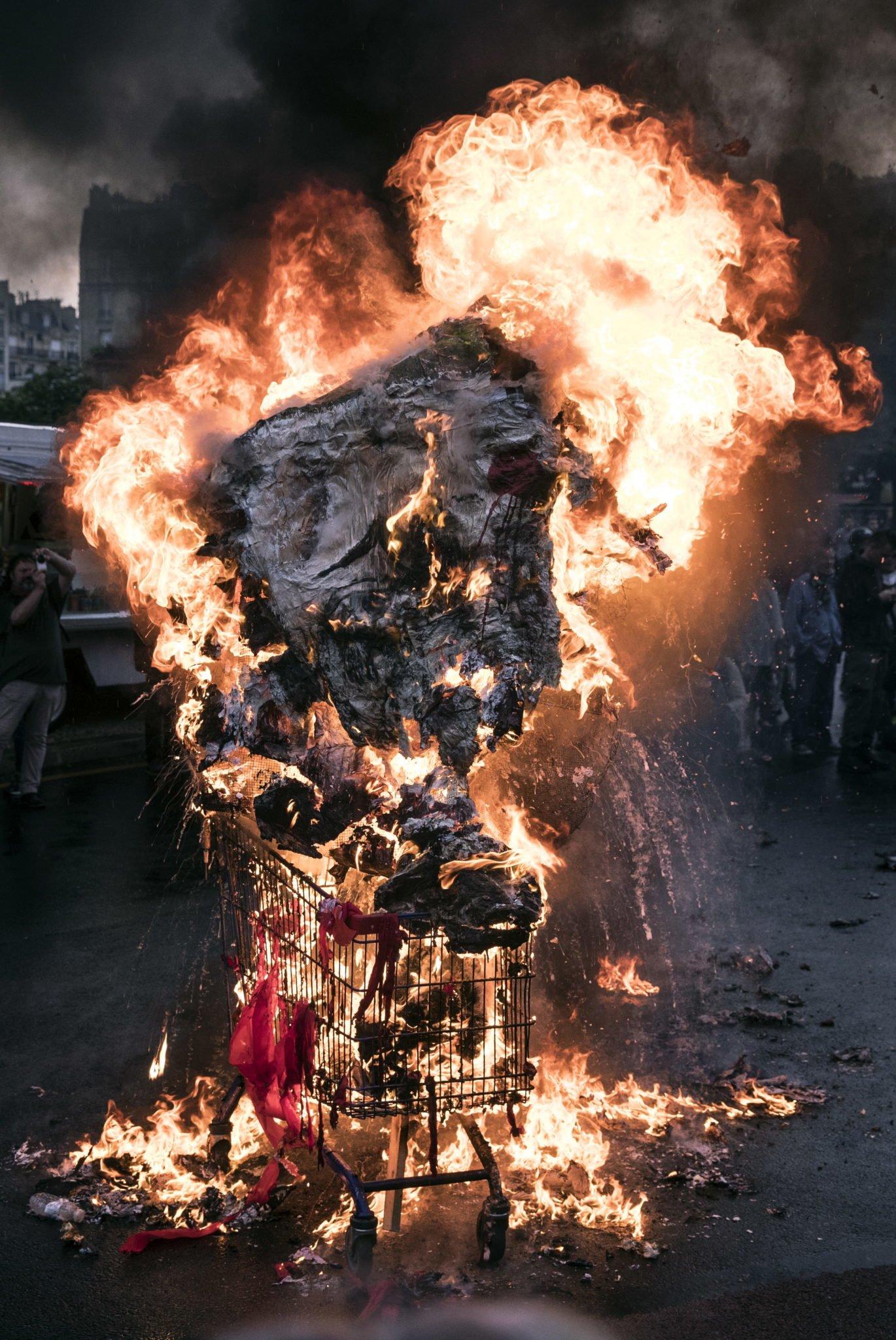 Francja, Paryż: na placu de la Nation demonstranci podpalili papierową rzeźbę prezydenta Francji Emmanuela Macrona podczas protestu przeciwko francuskim reformom rządowym w Paryżu, fot: Etienne Laurent, PAP/EPA