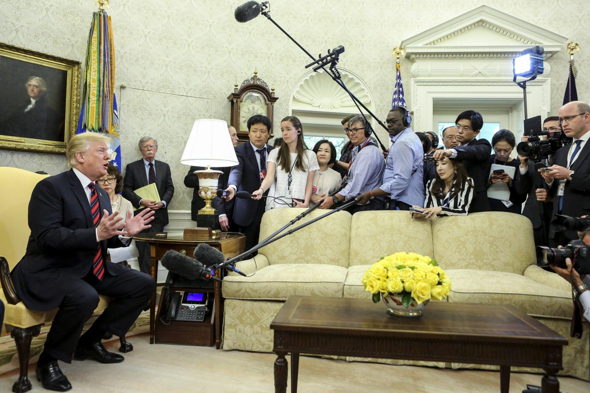 USA, Waszyngton: prezydent Donald Trump podczas spotkania z dziennikarzami po spotkaniu z prezydentem Korei Południowej Moonem Jae-in w Owalnym Biurze Białego Domu, fot: Oliver Contreras, PAP/EPA