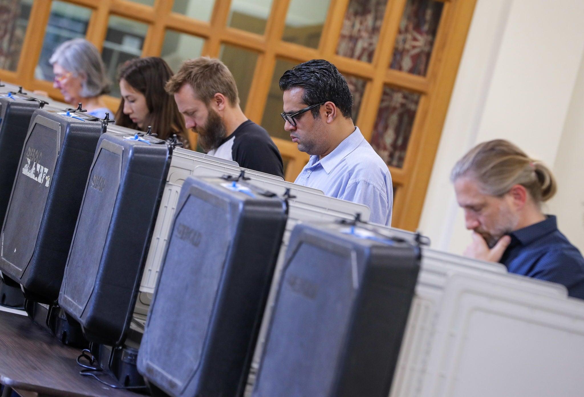 Georgia, USA: ludzie głosują za pomocą elektronicznych kart do głosowania w wyborach okręgowych w seminarium Columbia Theological Seminary. To jeden z  kluczowych ogólnokrajowych konkursów, fot: Erik S. Lesser, PAP/EPA