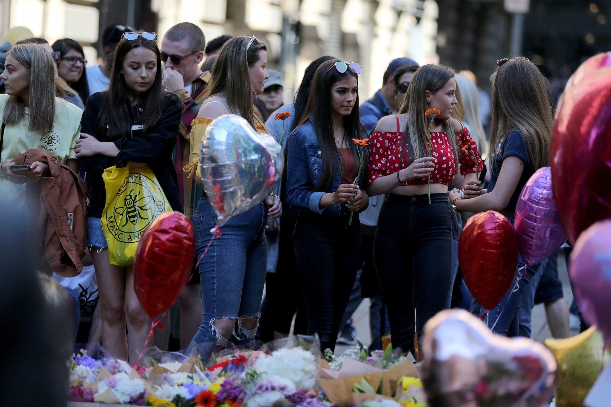 Ludzie składają kwiaty na Placu Annes w pierwszą rocznicę wybuchu bomb w arenie w Manchesterze, w wyniku ataku terrorysty 23 zmarło, młodych ludzi, którzy przyszli na koncert Ariany Grande, która dziś wyznała: