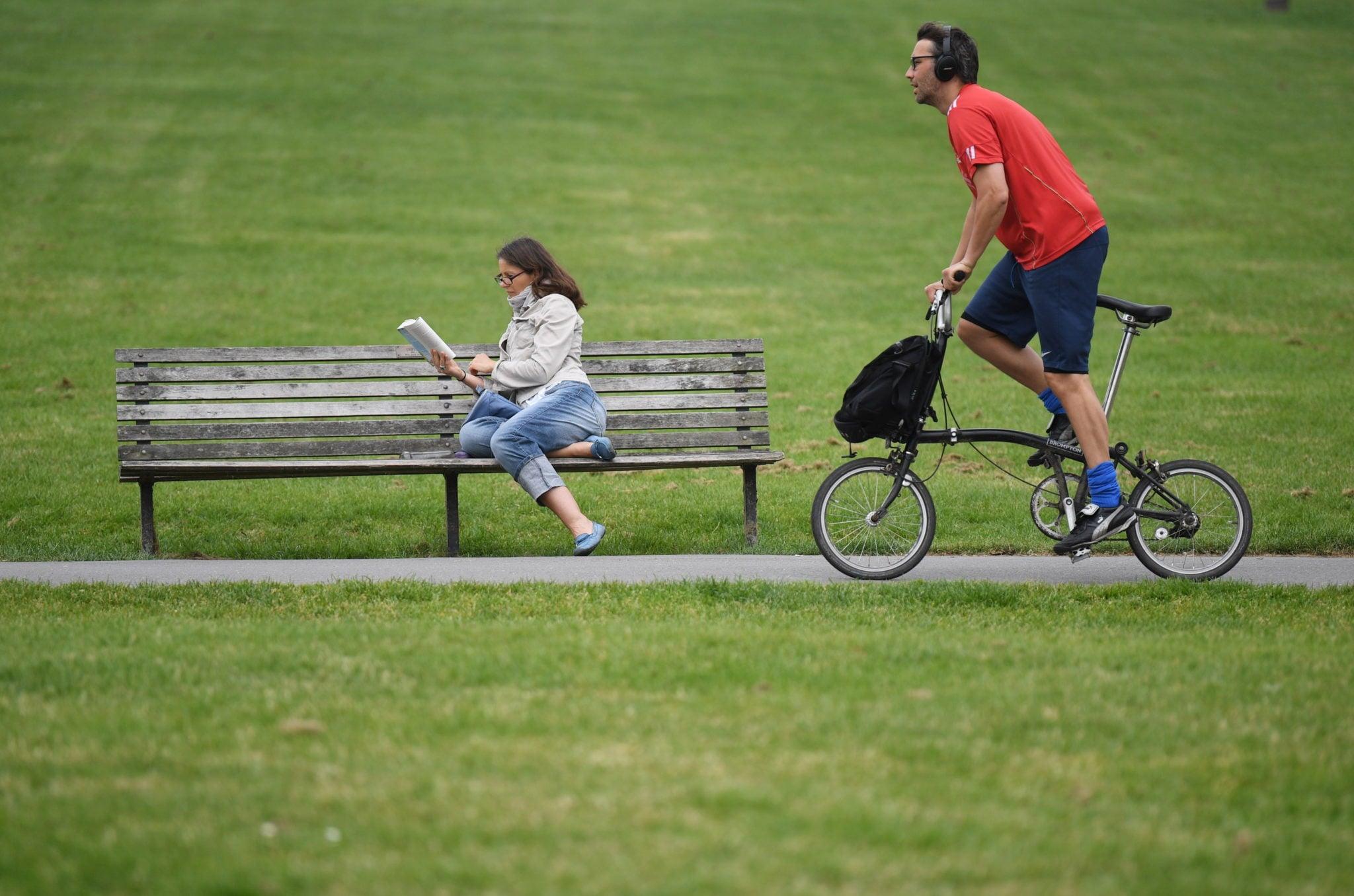 Wzgórze Primrose Hill w Londynie, relaks mieszkańców, fot: Neil Hall, PAP/EPA