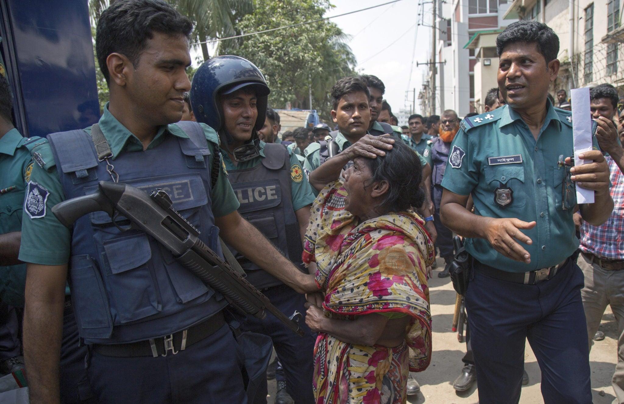 Reakcja kobiet po tym, jak ich synowie zostali aresztowani przez członków policji podczas operacji antynarkotykowej w Dhalpur City w Dhace w Bangladeszu, fot: Monirul Alam, PAP/EPA