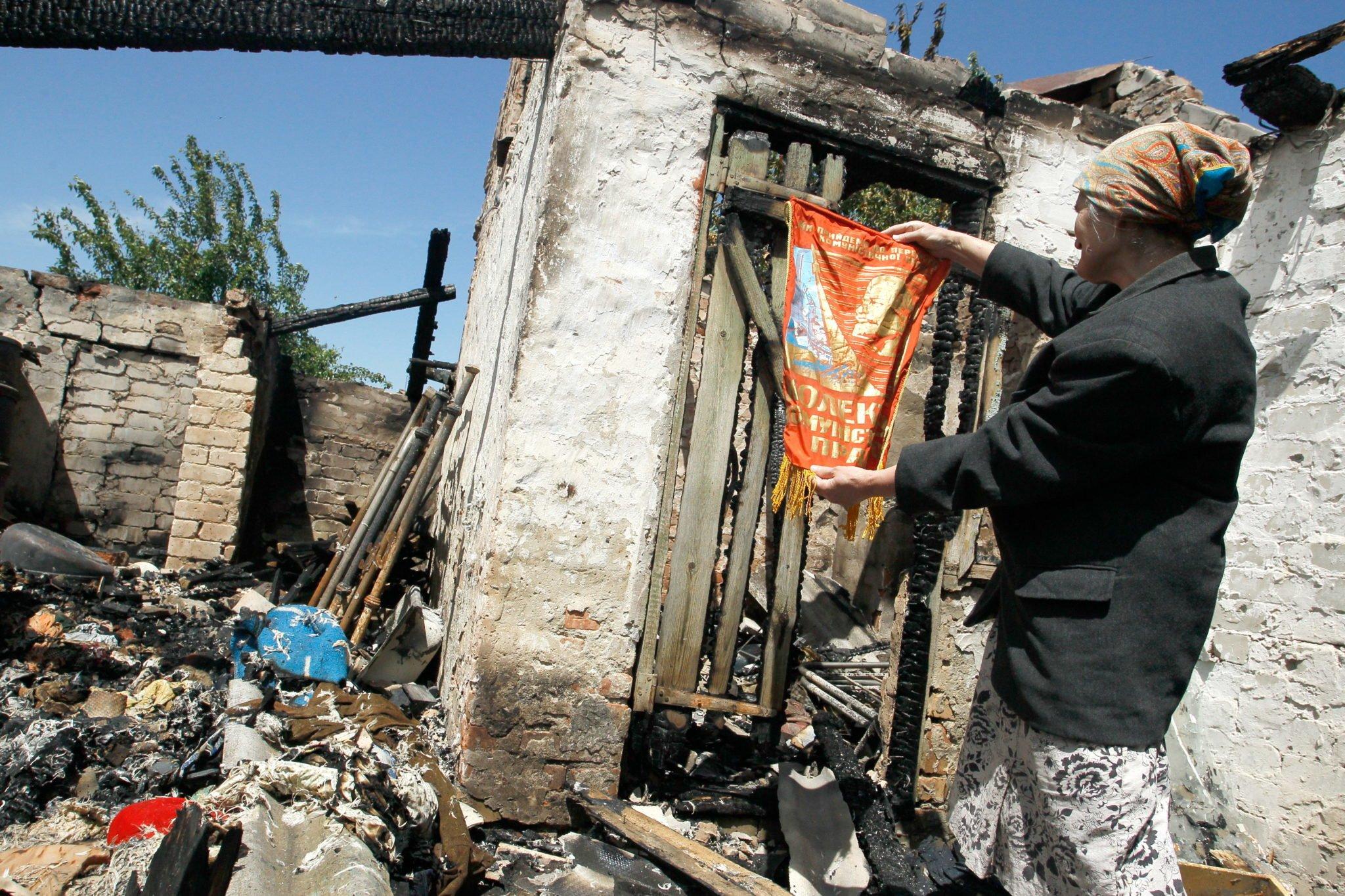 Ukraina, Donieck: mieszkaniec patrzy na zniszczony dom po tym, jak został ostrzelany. Prorosyjscy bojownicy przeprowadzili co najmniej 22 ataki na pozycje armii ukraińskiej w region Donbasu w ciągu ostatniej doby a dwóch ukraińskich żołnierzy zostało rannych, fot: Alexander Ermochenko, PAP/EPA