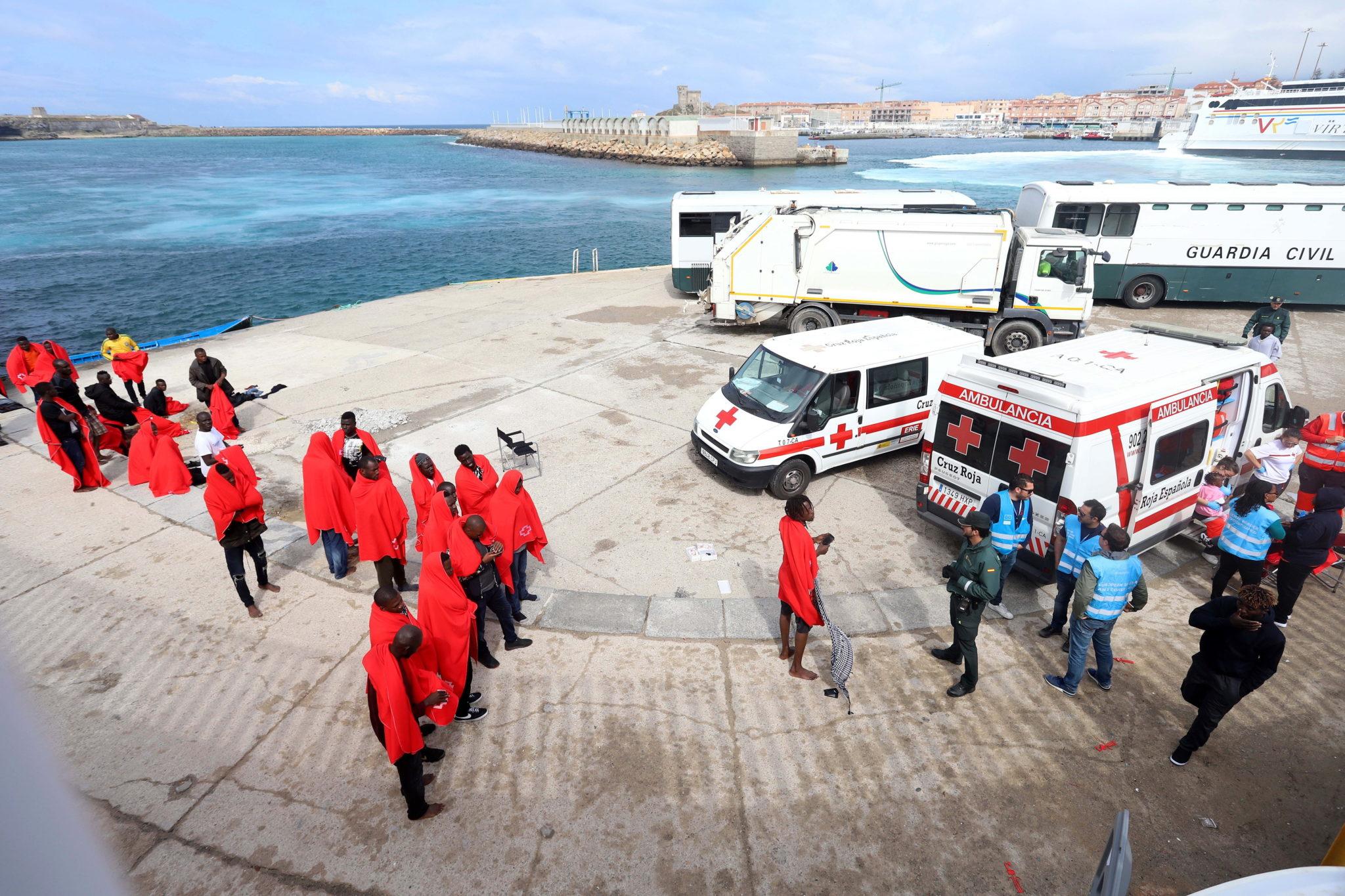 Część 70 migrantów z rejonu Sahary uratowanych w Cieśninie Gibraltarskiej, dzięki hiszpańskim służbom ratownictwa morskiego, fot: Carrasco Ragel, PAP/EPA