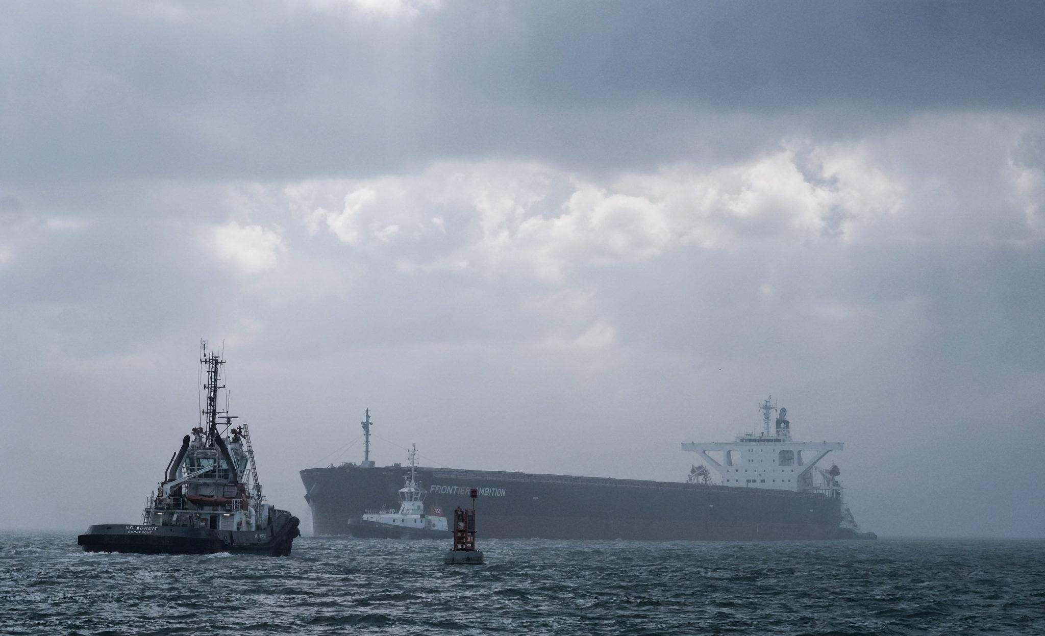 Tankowiec holowany do portu, Dunkierka, we Francji, fot: Olivier Hoslet, PAP/EPA
