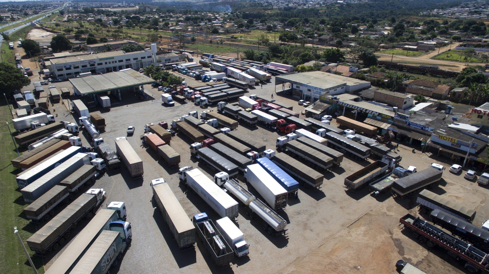Brazylia, strajk transportowców, widok ciężarówek zaparkowanych na obrzeżach drogi BR 040 w Luzianii, fot: Joedson Alves, PAP/EPA