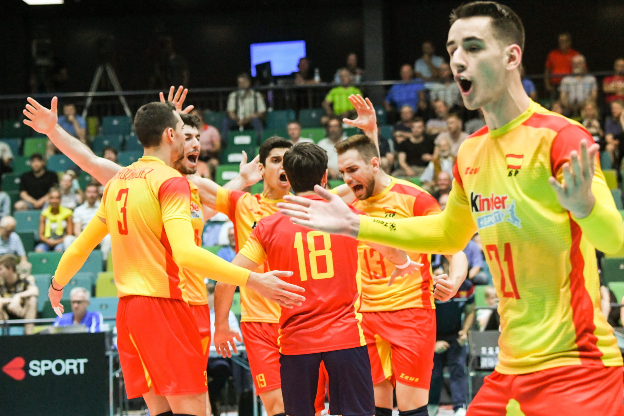Turku, Finlandia: Hiszpanie świętują zwycięstwo podczas męskiej rozgrywki - Siatkówka Golden European League, mecz pomiędzy Finlandią i Hiszpanią, fot: Kimmo Brandt, PAP, EPA