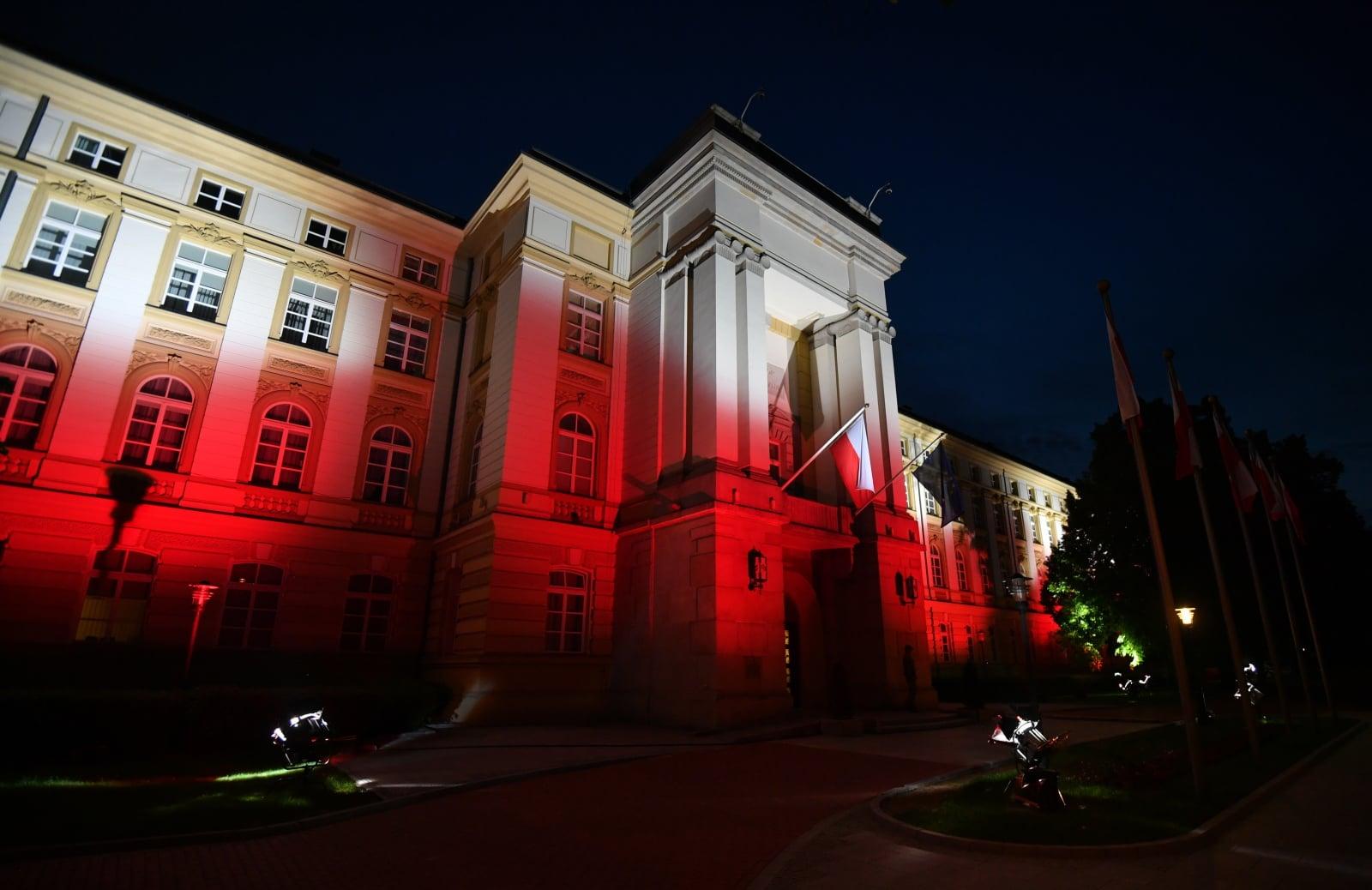 Biało-czerwona iluminacja na budynku KPRM w Warszawie w Dniu Flagi.