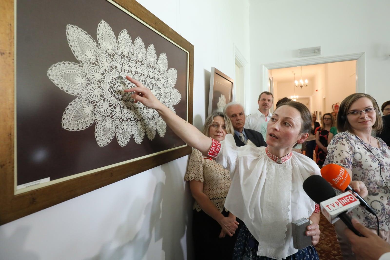 Artystka Beata Legierska podczas otwarcia wystawy swoich prac - koronek koniakowskich w holu głównym w Ministerstwie Kultury i Dziedzictwa Narodowego w Warszawie, fot. PAP/Paweł Supernak