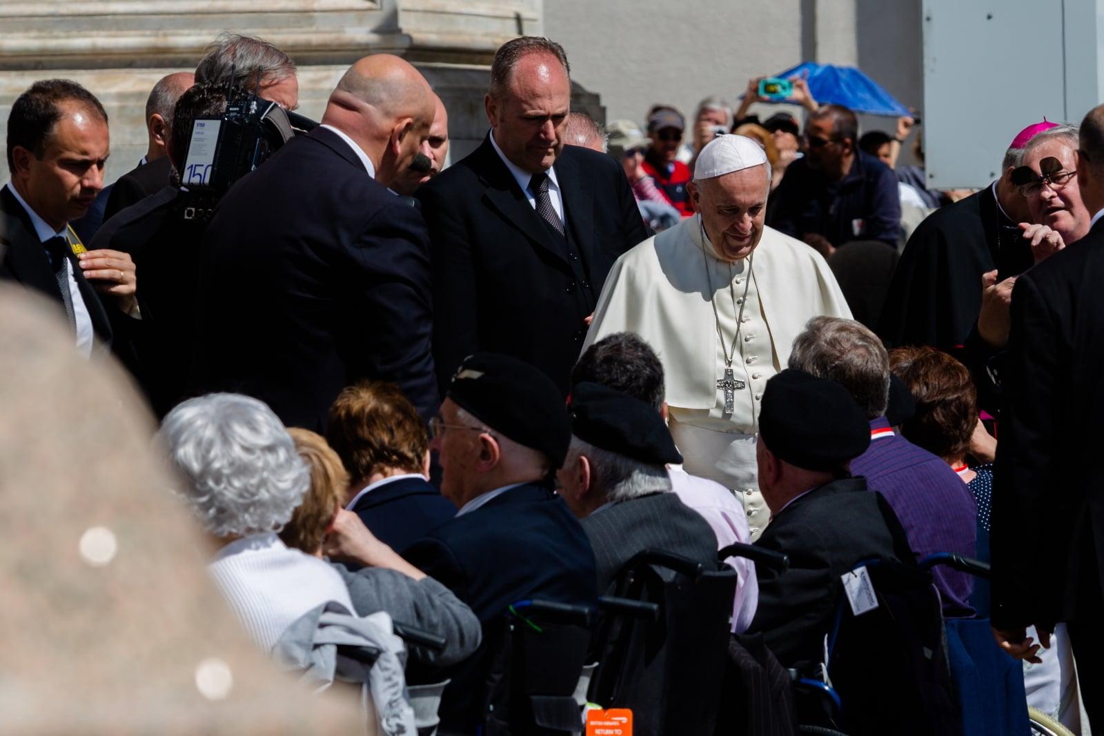Ojciec Święty Franciszek wita kombatantów 2. Korpusu WP na placu Świętego Piotra w Watykanie podczas audiencji generalnej, fot. PAP/Adam Guz