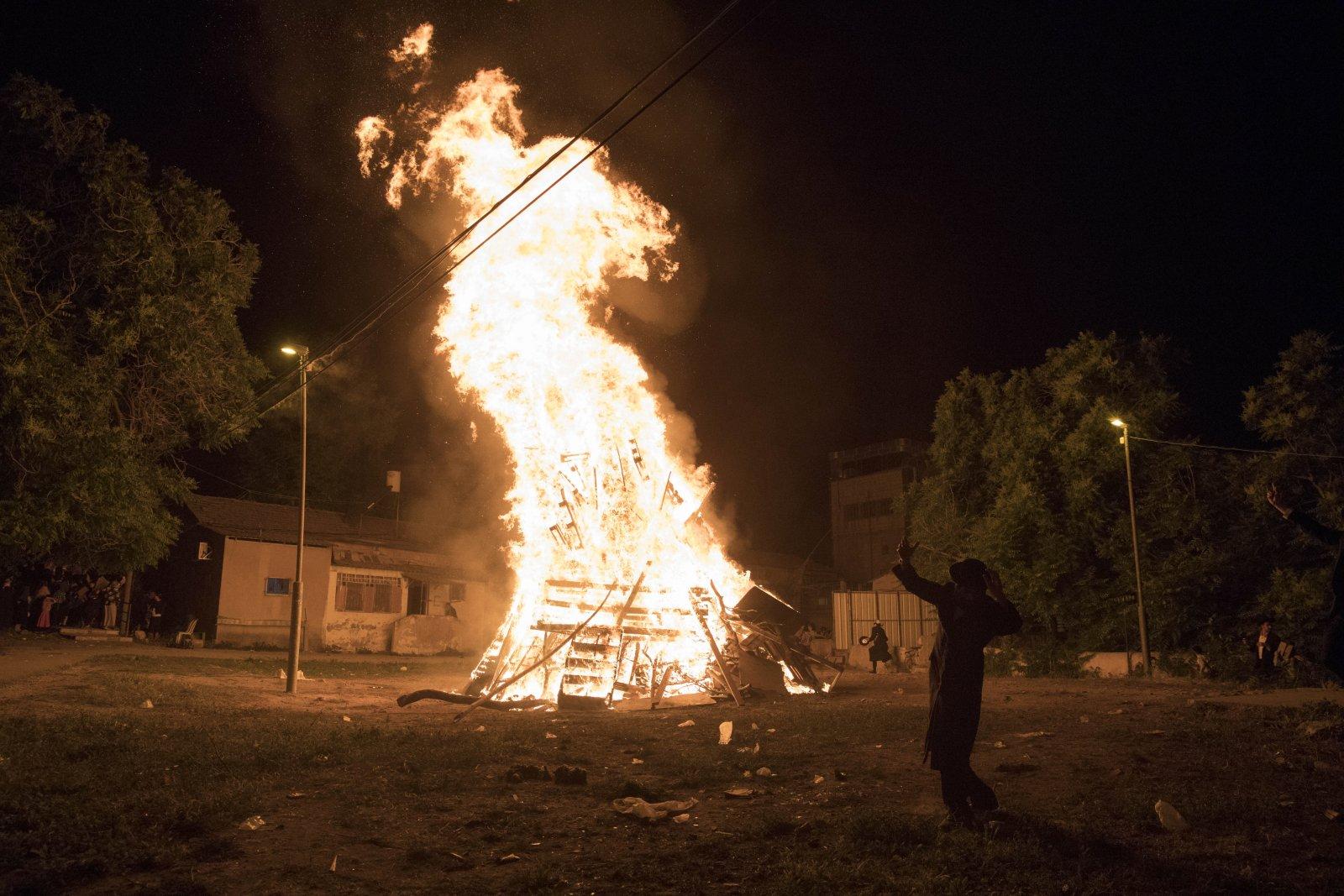 Ultraortodoksyjni Żydzi tańczą wokół wielkiego ogniska niedaleko Jerozolimy.