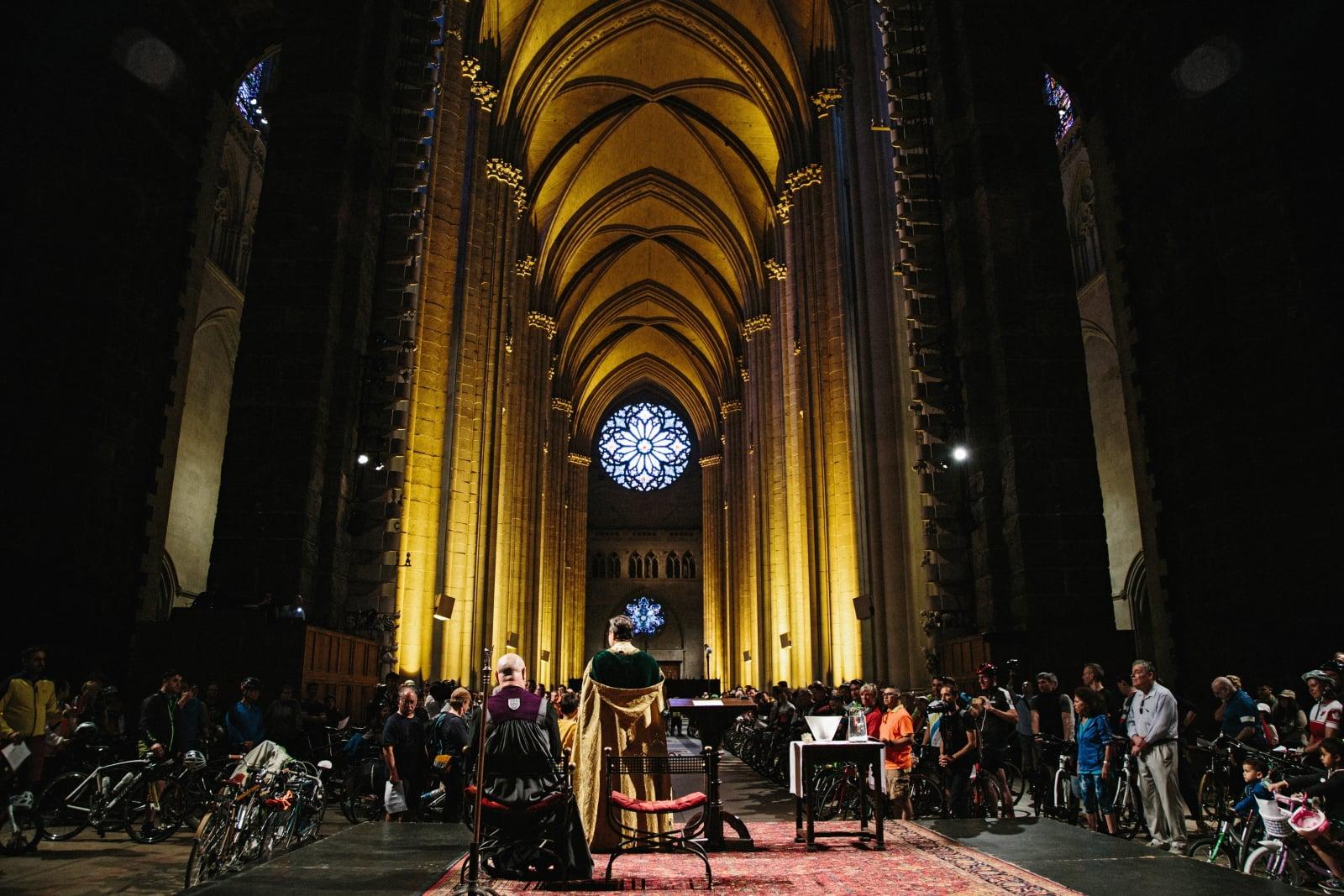 Święcenie rowerów w nowojorskiej katedrze fot. EPA/ALBA VIGARAY