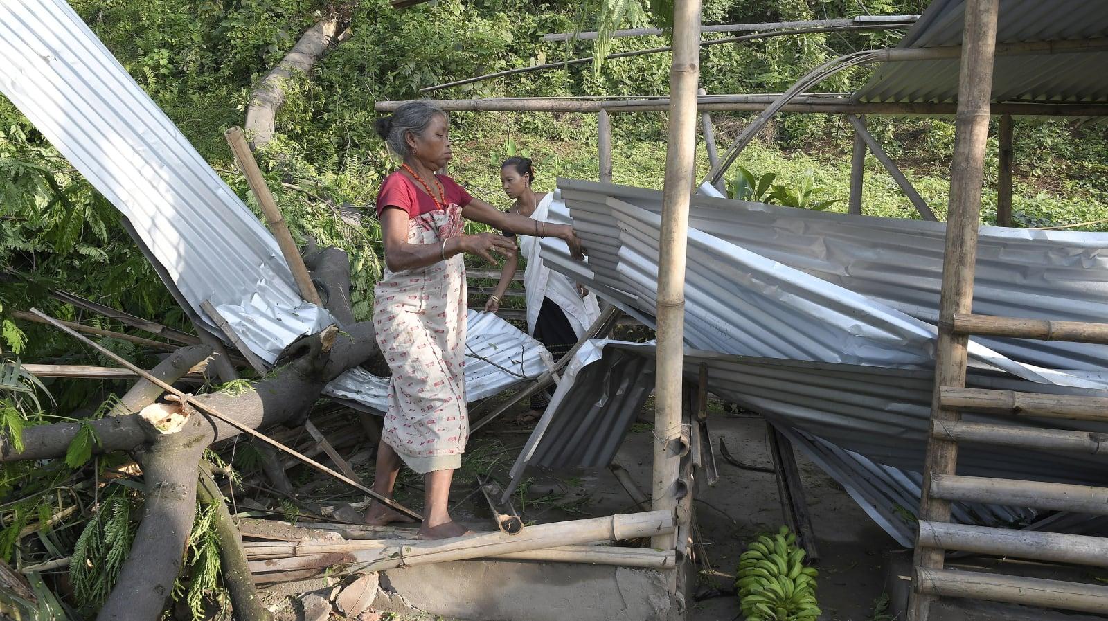 Skutki silnych wiatrów i burz na obrzeżach Guwahati w Indiach, fot. EPA/STR