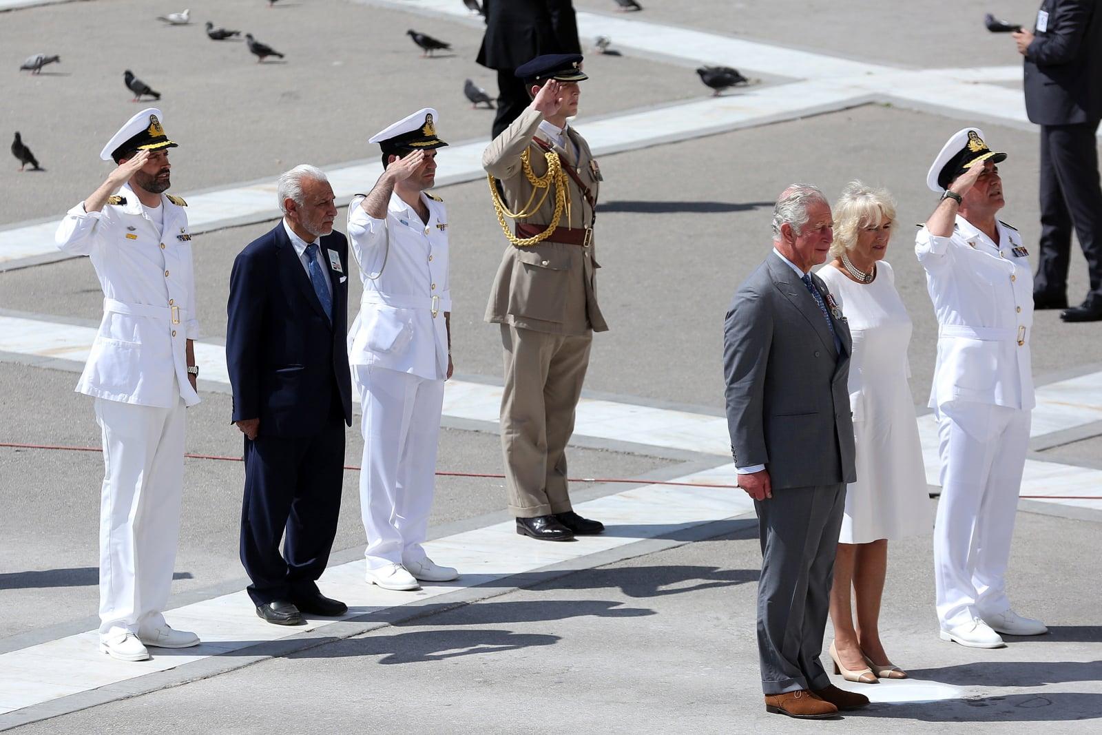 Brytyjski książę Karol, książę Walii i jego żona Camilla, księżna Kornwalii złożyli wieniec przy Grobie Nieznanego Żołnierza na placu Syntagma podczas trzydniowej oficjalnej wizyty w Grecji, fot. EPA/ORESTIS PANAGIOTOU