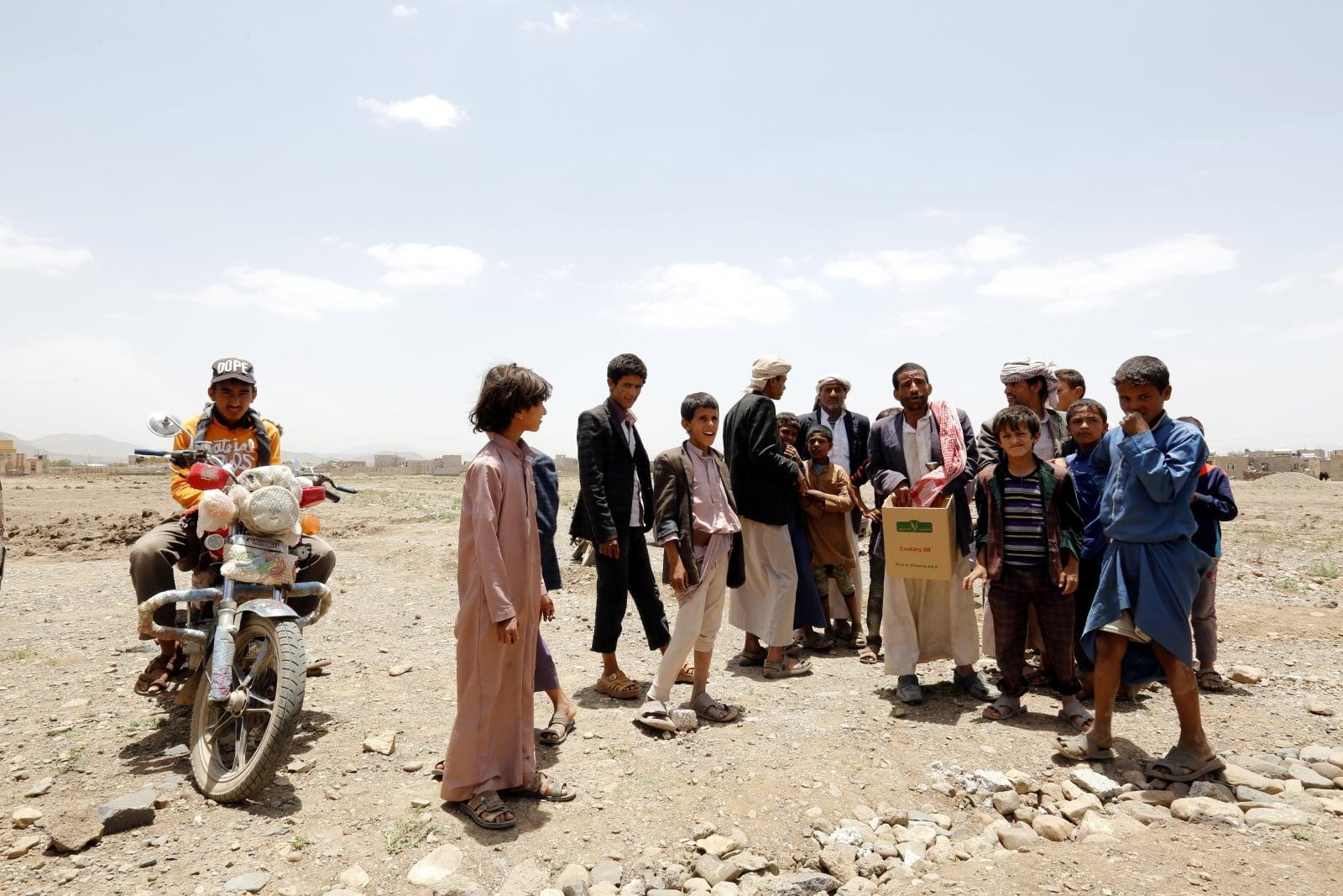 Dotknięci katastrofą Jemeńczycy czekają na dostawy żywności. Trwający konflikt w Jemenie spowodował najgorszy kryzys humanitarny na świecie, gdzie około 75 procent 26 milionów ludności Jemenu potrzebuje pomocy humanitarnej, fot. EPA/YAHYA ARHAB