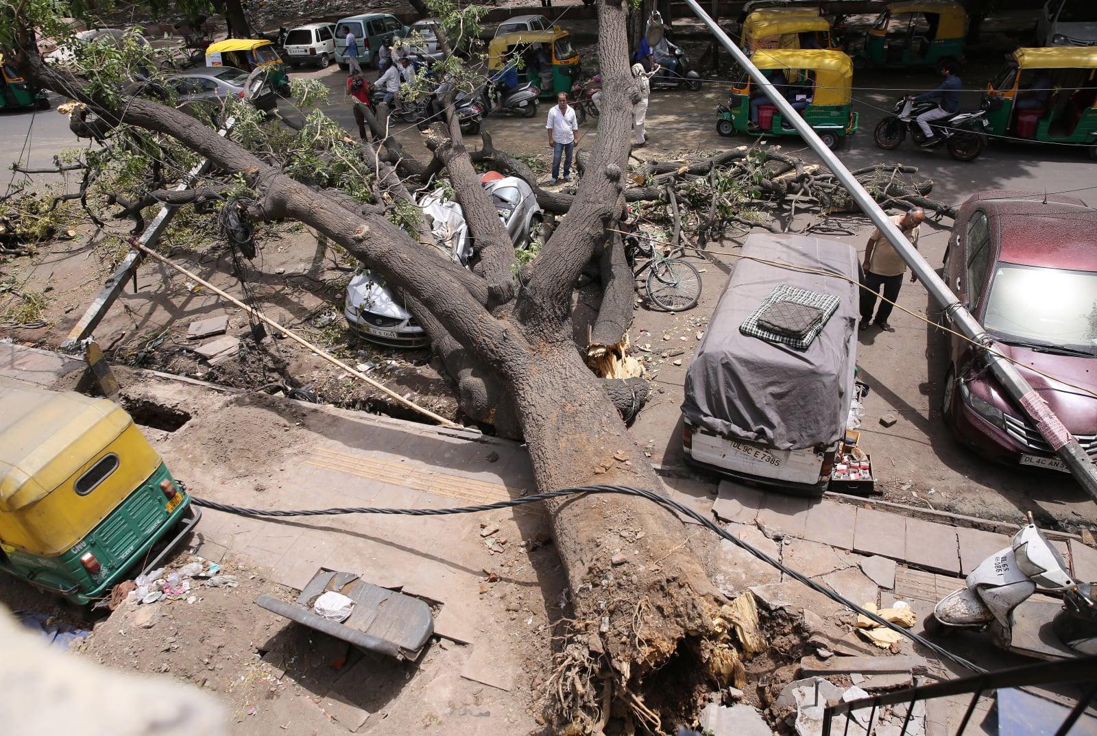 Skutki burzy w New Delhi, fot. EPA/RAJAT GUPTA