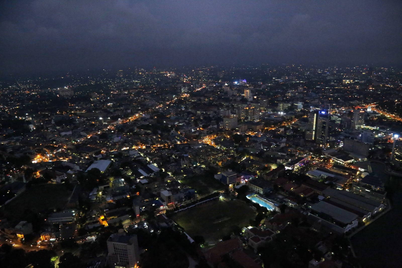 Miasto Colombo (Sri Lanka) nocą fot. EPA/M.A.PUSHPA KUMARA
