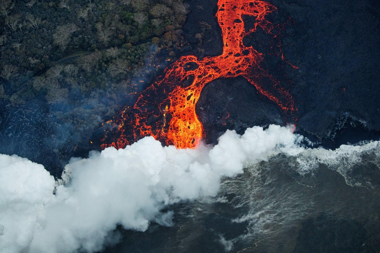Erupcja wulkany na Hawwajach EPA/BRUCE OMORI/PARADISE HELICOPTERS