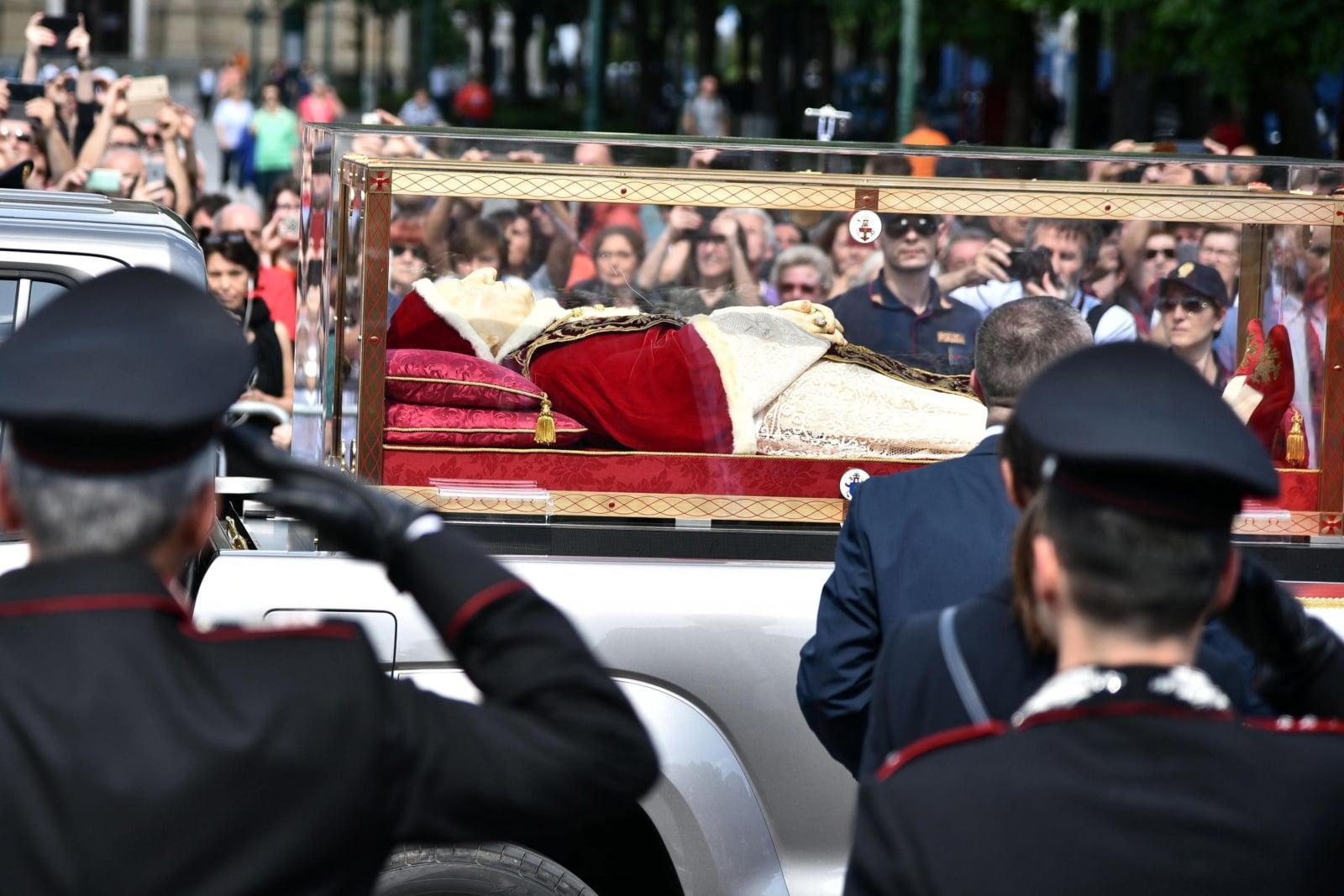 Trumna z ciałem Jana XXII w Bergamo EPA/Paolo Magni