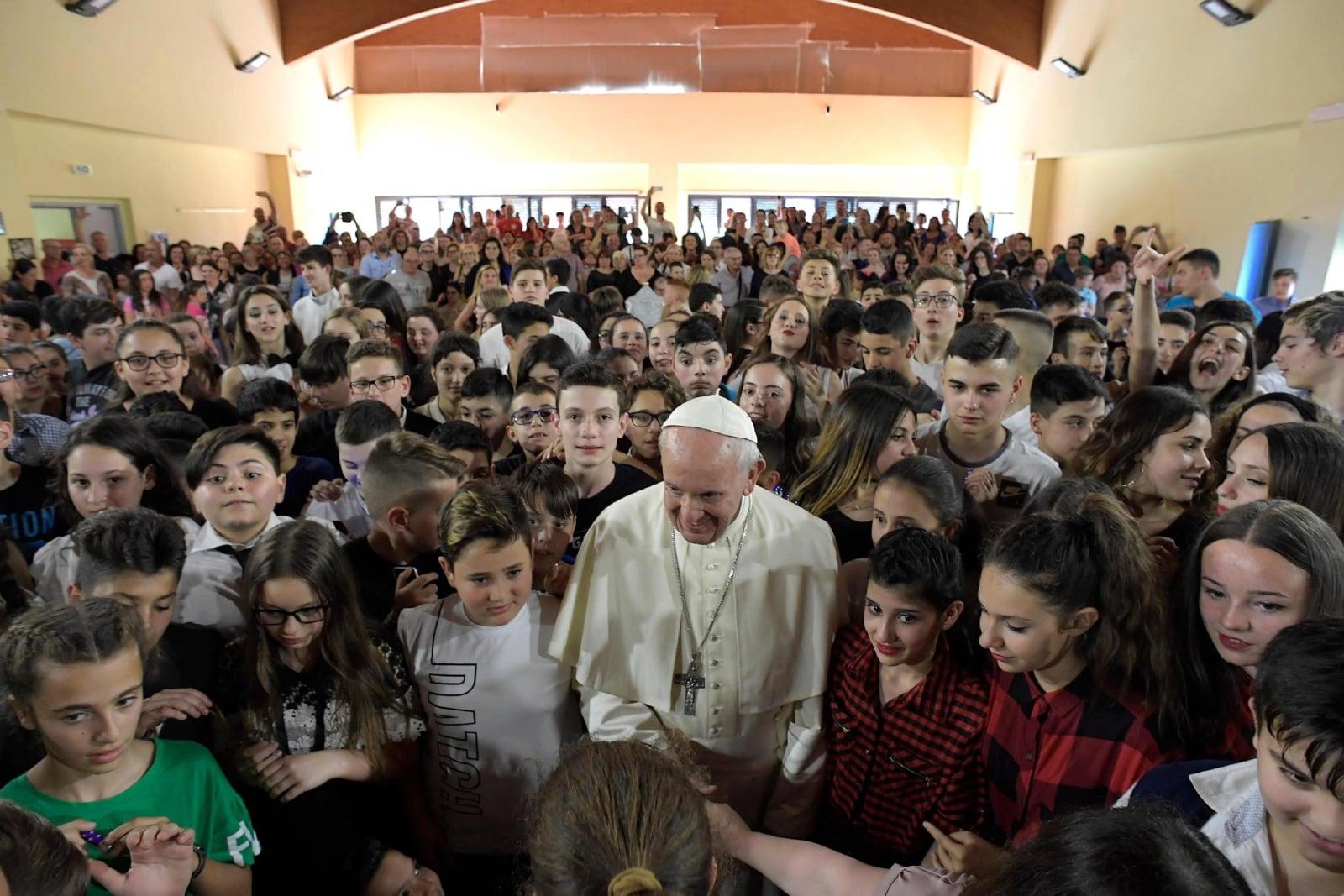 Papież Franciszek odwiedza szkołę fot. EPA/VATICAN MEDIA