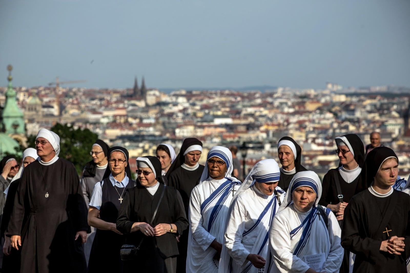 Siostry biorące udział w procesji Bożego Ciała w Pradze, Republika Czeska, fot. EPA/MARTIN DIVISEK