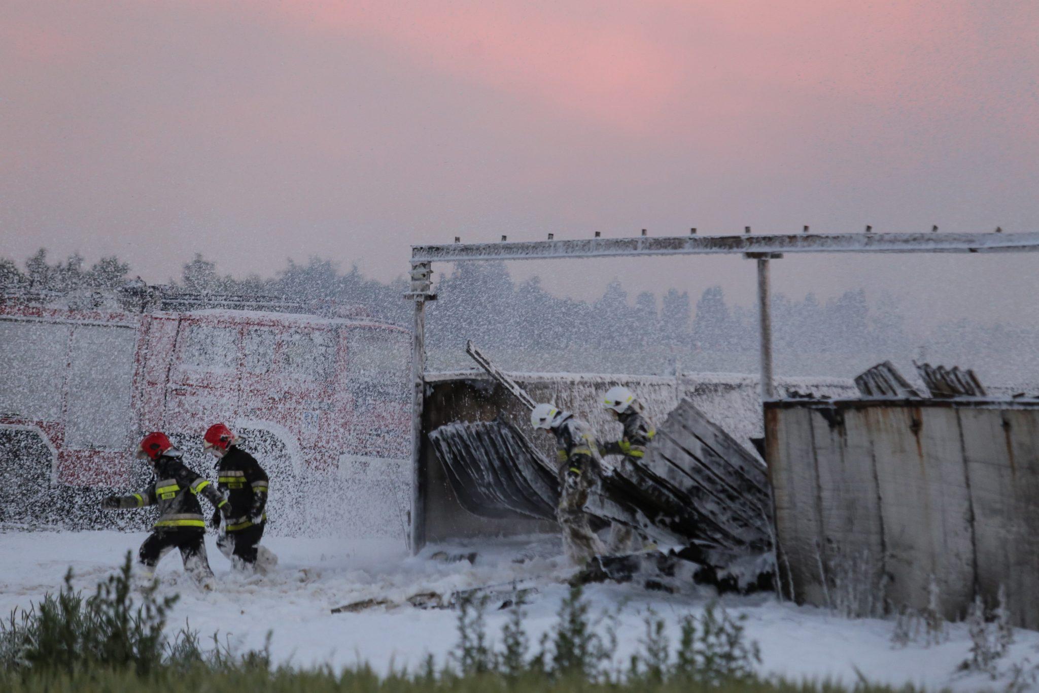 Piekary Śląskie: kilkanaście zastępów straży pożarnej brało udział w gaszeniu pożaru składowiska makulatury, fot: Dominik Gajda, PAP