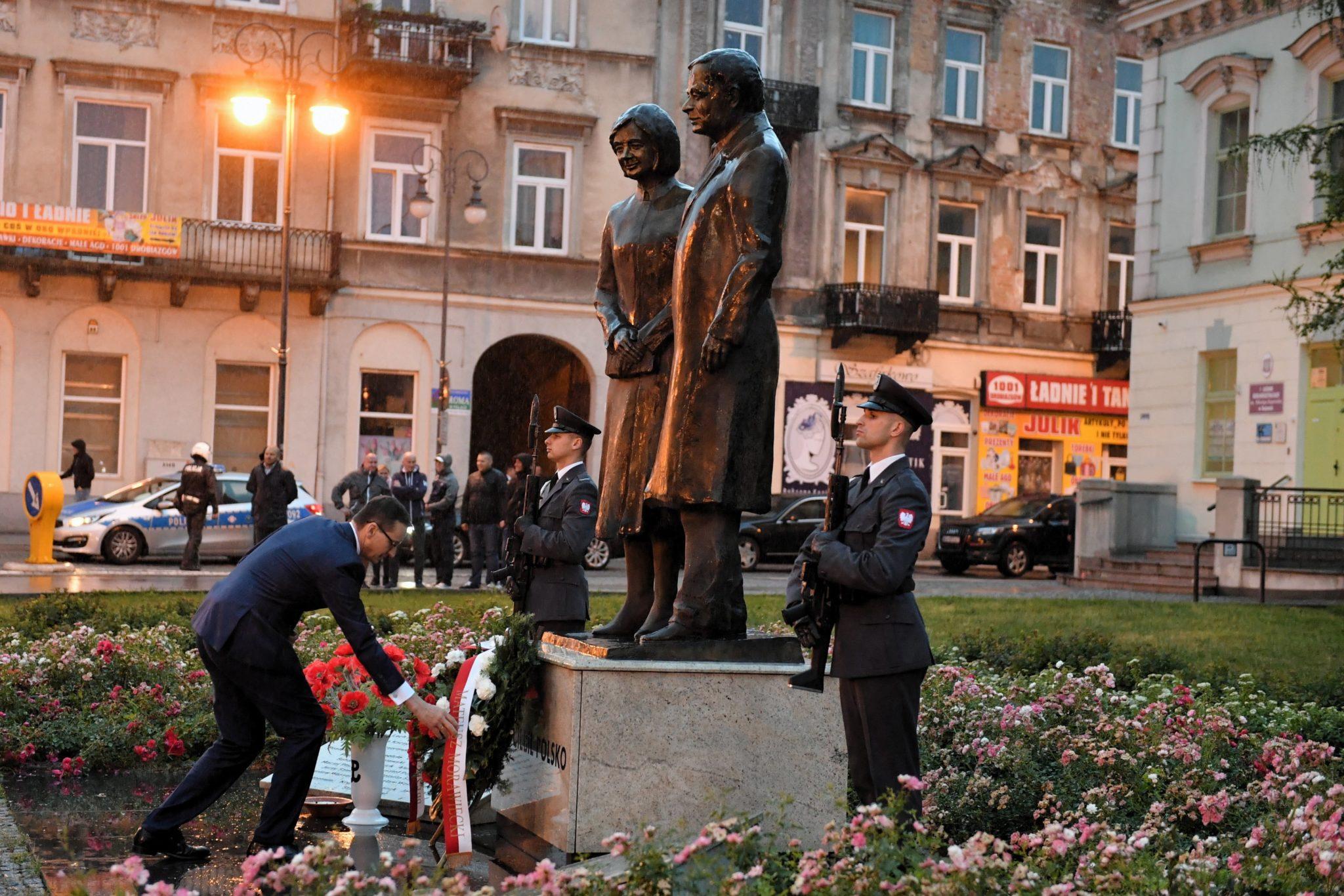 Radom: premier Mateusz Morawiecki składa wieniec przed pomnikiem Marii i Lecha Kaczyńskich w ramach uroczystości z okazji 42. rocznicy Radomskiego Protestu Robotniczego Czerwiec '76, fot: Piotr Polak ,PAP