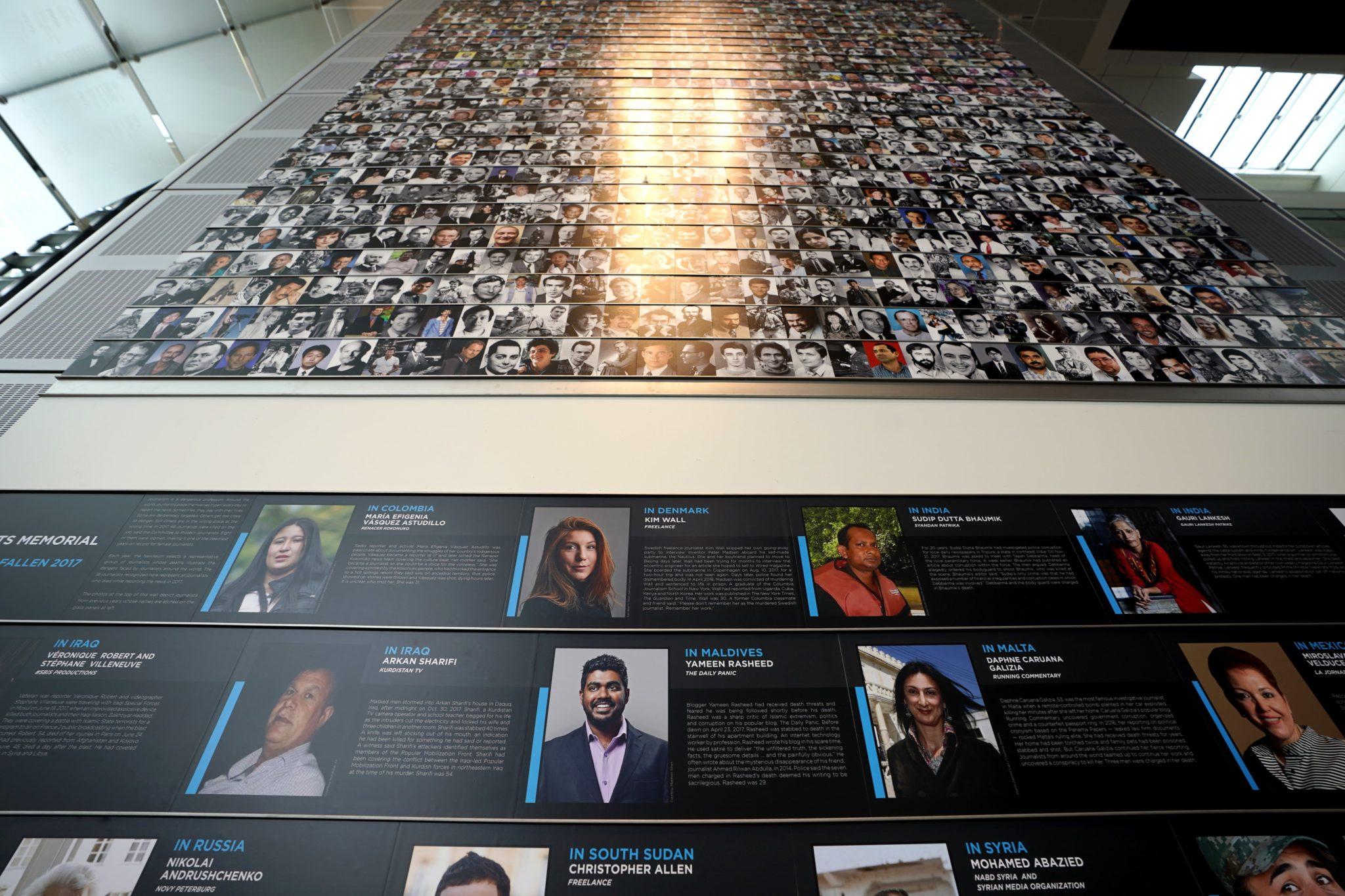USA, Waszyngton : nazwiska 18 mężczyzn i kobiet, którzy zginęli podczas pracy reporterskiej w 2017 roku. Nazwiska zostały dodane na Newseum's Journalists Memorial. Wśród nazwisk między innymi reporterzy Kim Walll (zabita w Danii) i Mohamed Abazied (zabity w Syrii), fot: Jim Lo Scalzo, PAP/EPA
