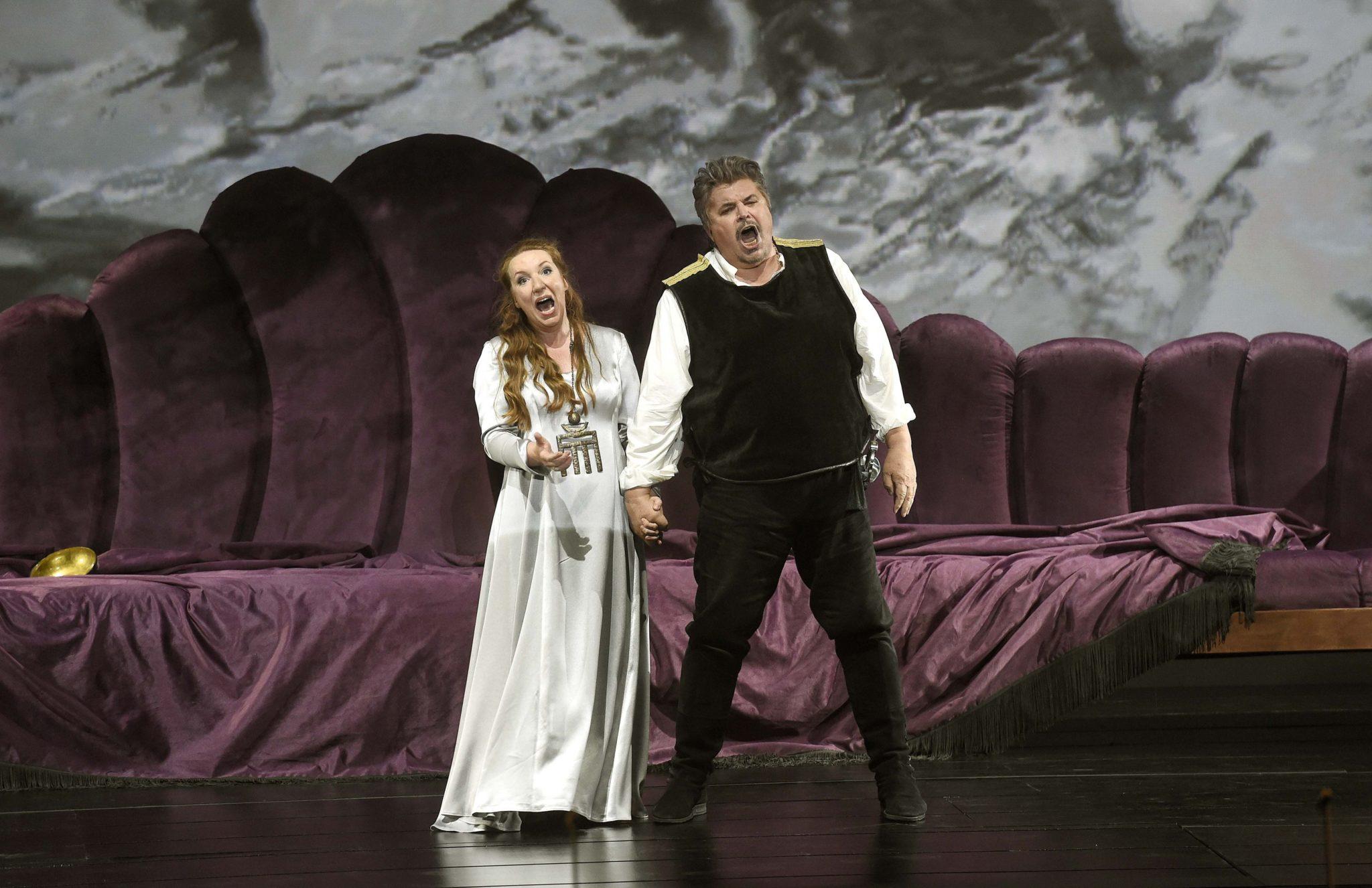 """Węgry, Budapeszt: Allison Oakes jako Isolde i Peter Seiffert jako Tristan na próbie """"Tristana i Izoldy"""" na,otwarcie spektaklu tegorocznych Budapeszteńskich Dni Wagnera fot: Noemi Bruzak, PAP/EPA"""