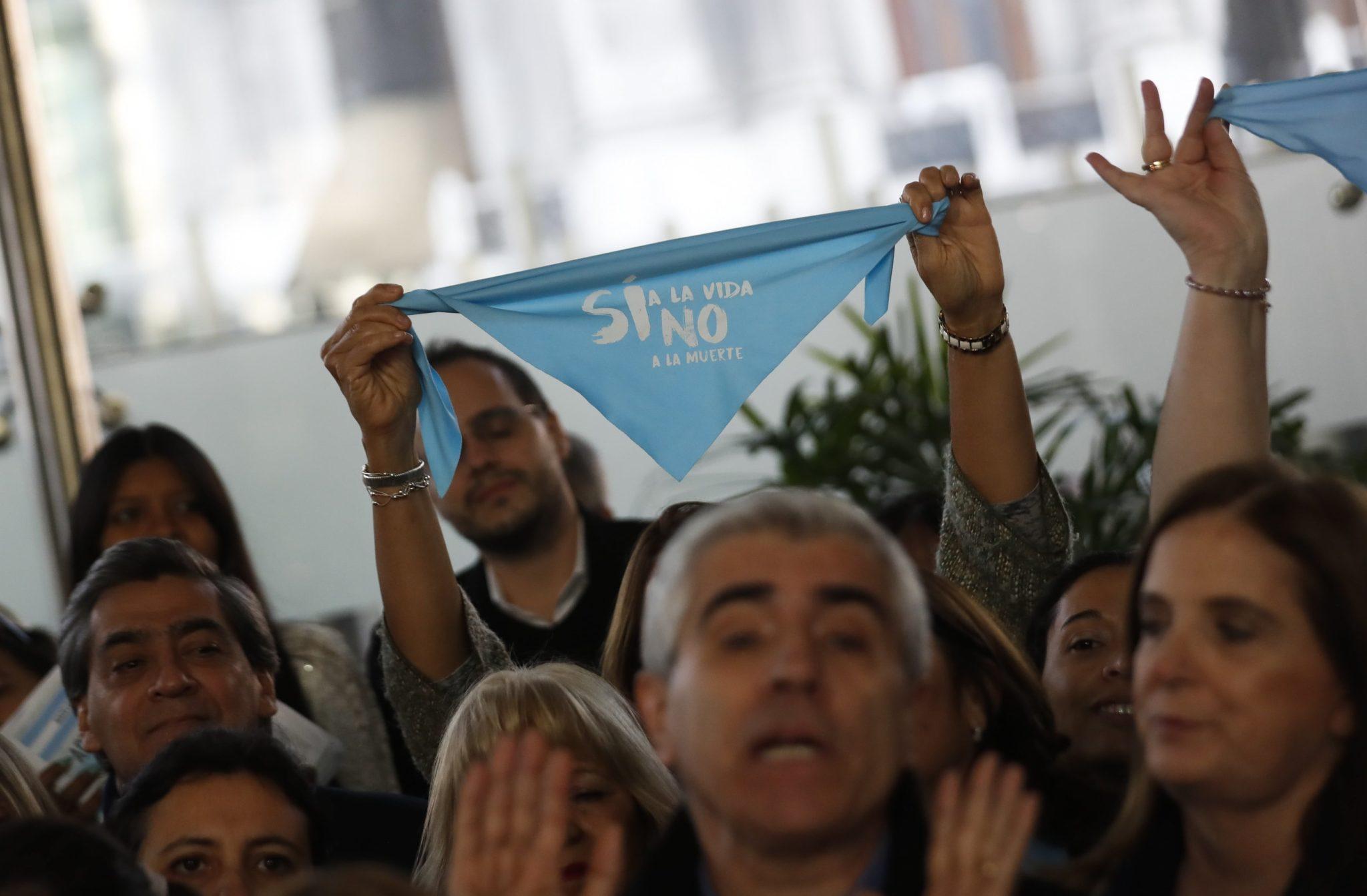 Argentyna, Buenos Aries: członkowie kilku organizacji prolife przekazują 150 tysięcy podpisów przeciwko ustawie, która ma zalegalizować aborcję w tym kraju. Zdecyduje o tym argentyński parlament, fot: David Fernandez, PAP/EPA