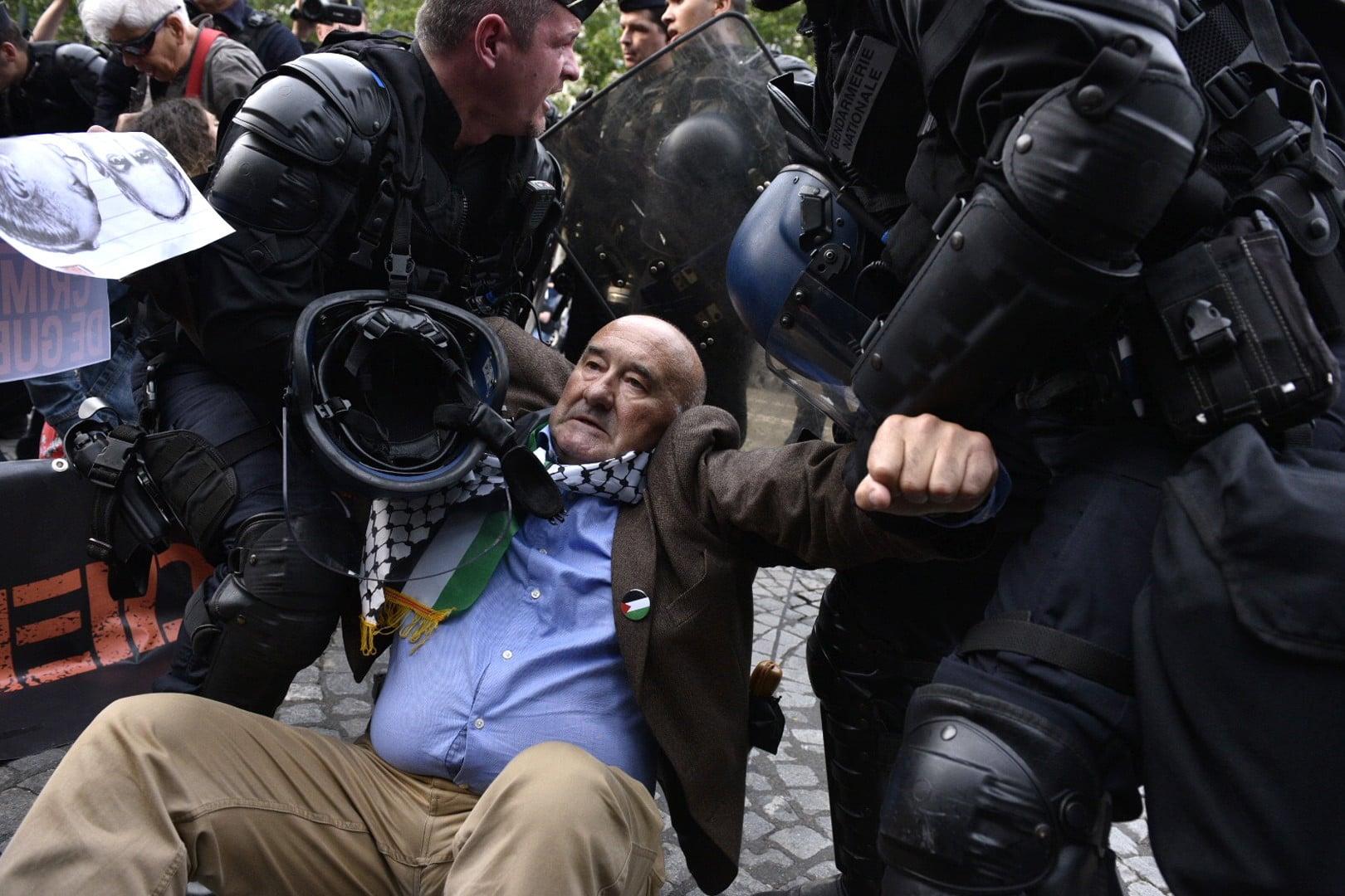 Paryż: interwencja wobec demonstrantów sprzeciwiających się polityce Izraela wobec Palestyńczyków. Dziś premier Izraela spotkał się w Paryżu z prezydentem Francji, fot: Julien De Rosa, PAP/EPA