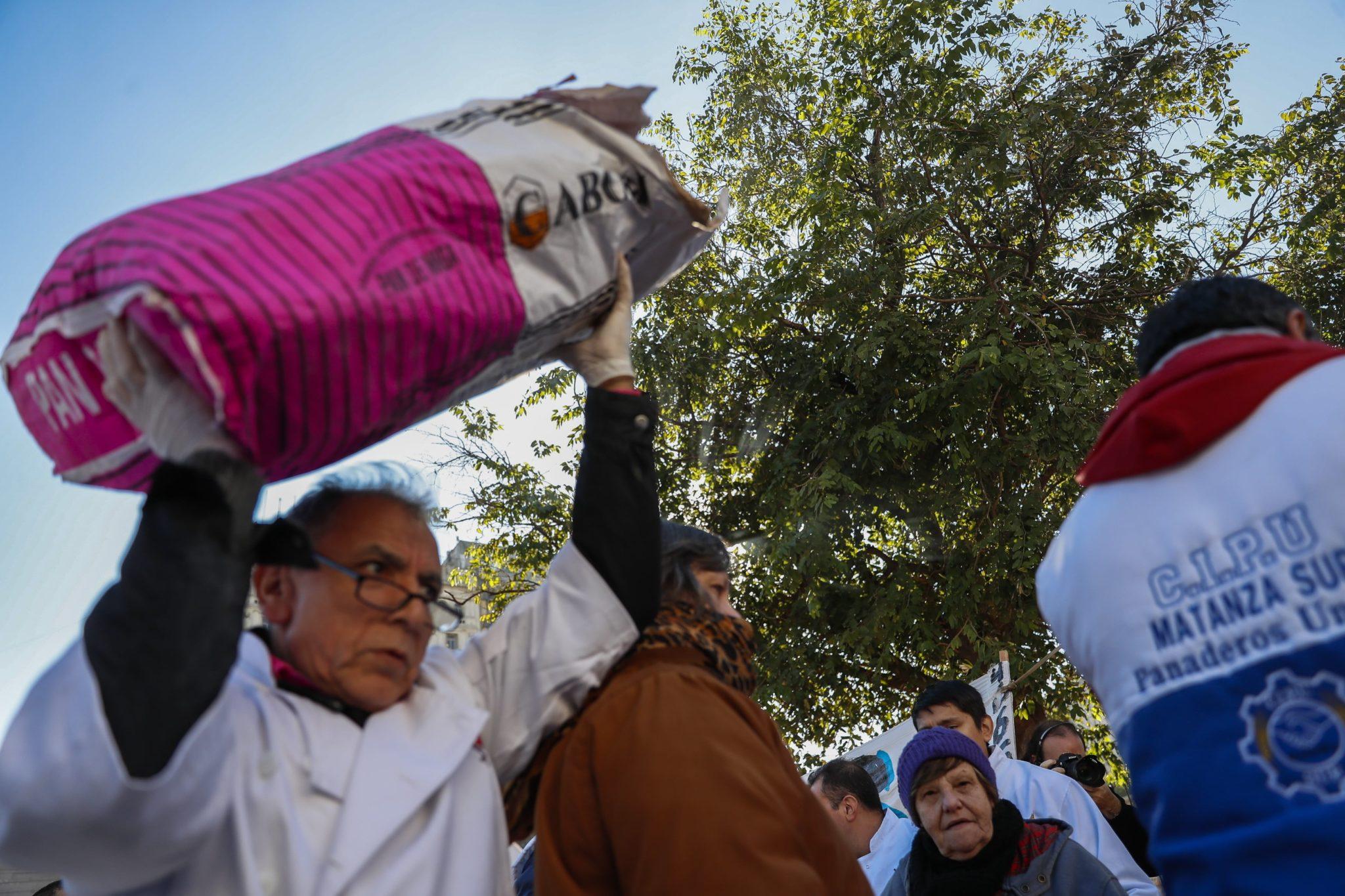 Buenos Aires, Argentina: argentyńscy piekarze demonstrują przed siedzibą Kongresu, rozdają około 5000 kg chleba ze względu na