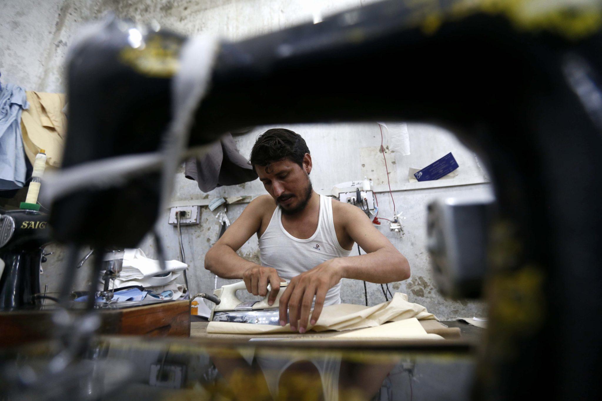 Peszawar, Pakistan: krawcy szyją ubrania, przygotowania się do zbliżającego się festiwalu Eid al-Fitr, kończącego święty miesiąc Ramadan, fot: Arshad Arbab, PAP/EPA