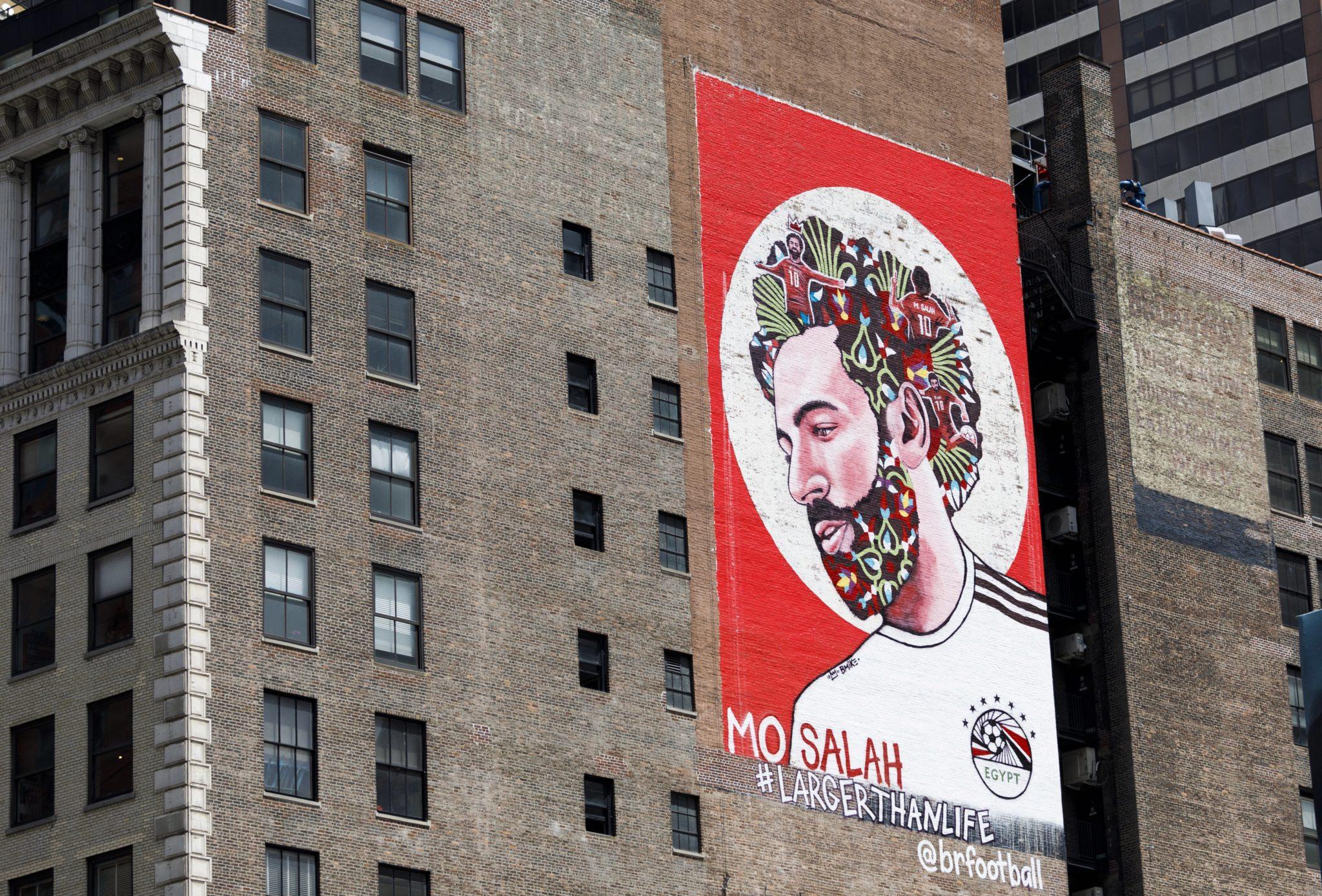 Nowy Jork: egipski piłkarz Mohamed Salah na muralu budynku przy Times Square w Nowym Jorku, Salah został kontuzjowany podczas gry dla Liverpoolu 26 maja w finale Ligi Mistrzów, ale miał nadzieję na powrót do zdrowia przed rozpoczęciem Mistrzostw Świata, fot: Justin Lane, PAP/EPA