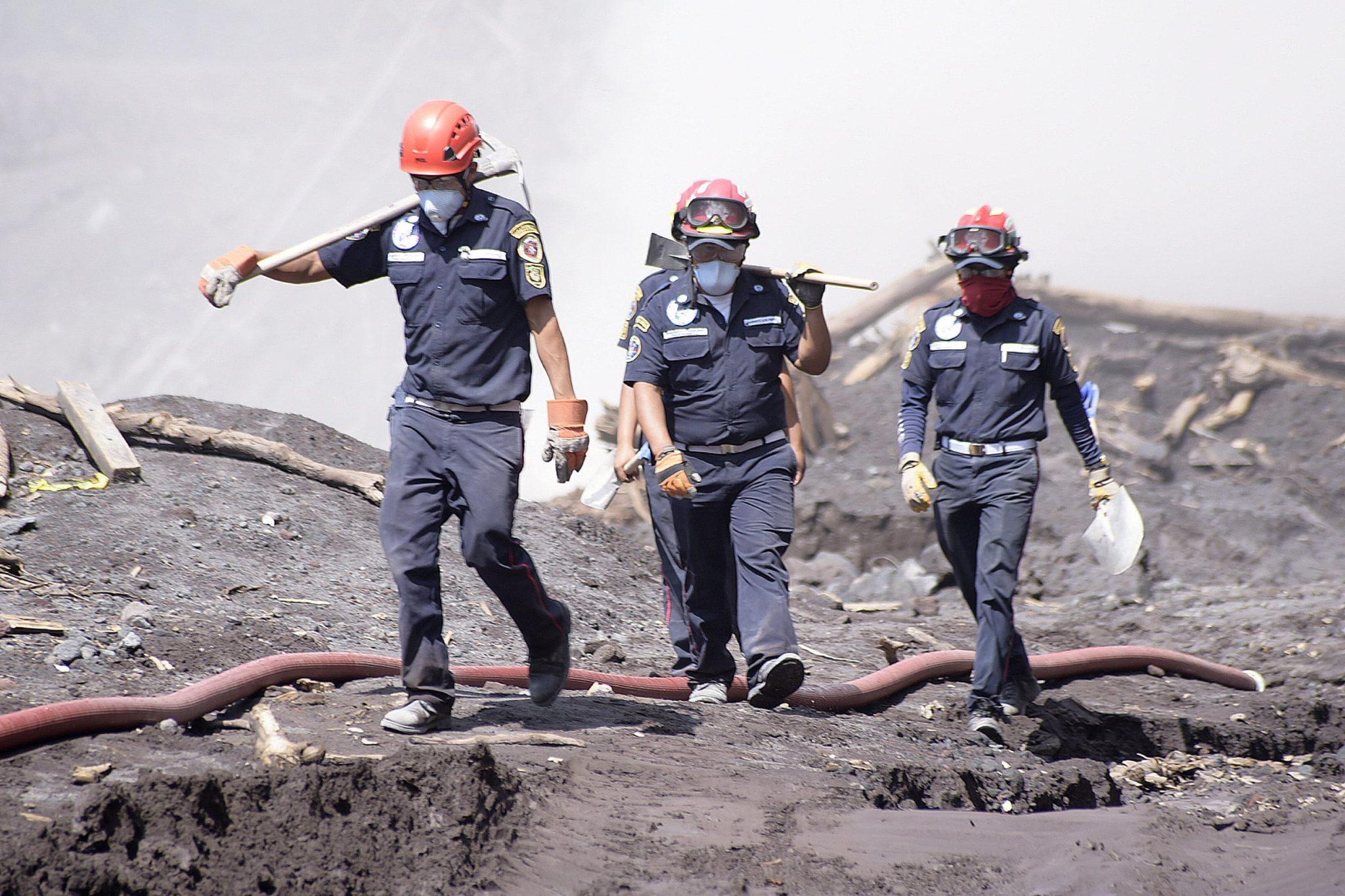 Ratownicy poszukują zaginionych po wybuchu wulkanu w Gwatemalii,. Do tej pory za zmarłych lub zaginionych uznaje się 110 osób, tysiące domów jest zniszczonych, fot: Rodrigo Pardo, PAP/EPA
